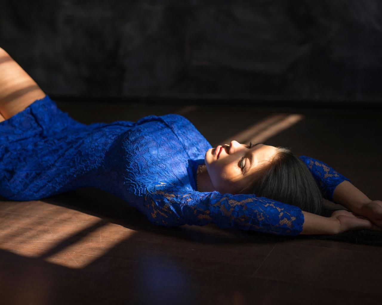 Фото красивая девушка лежит на спине