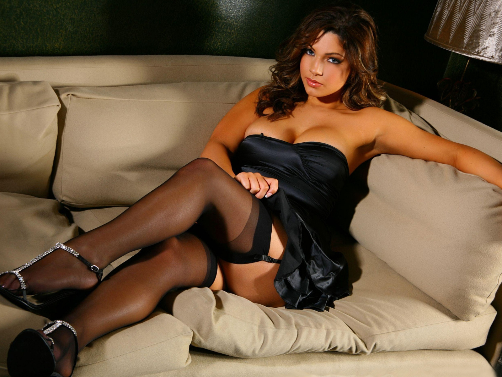 Чулки фото на диване