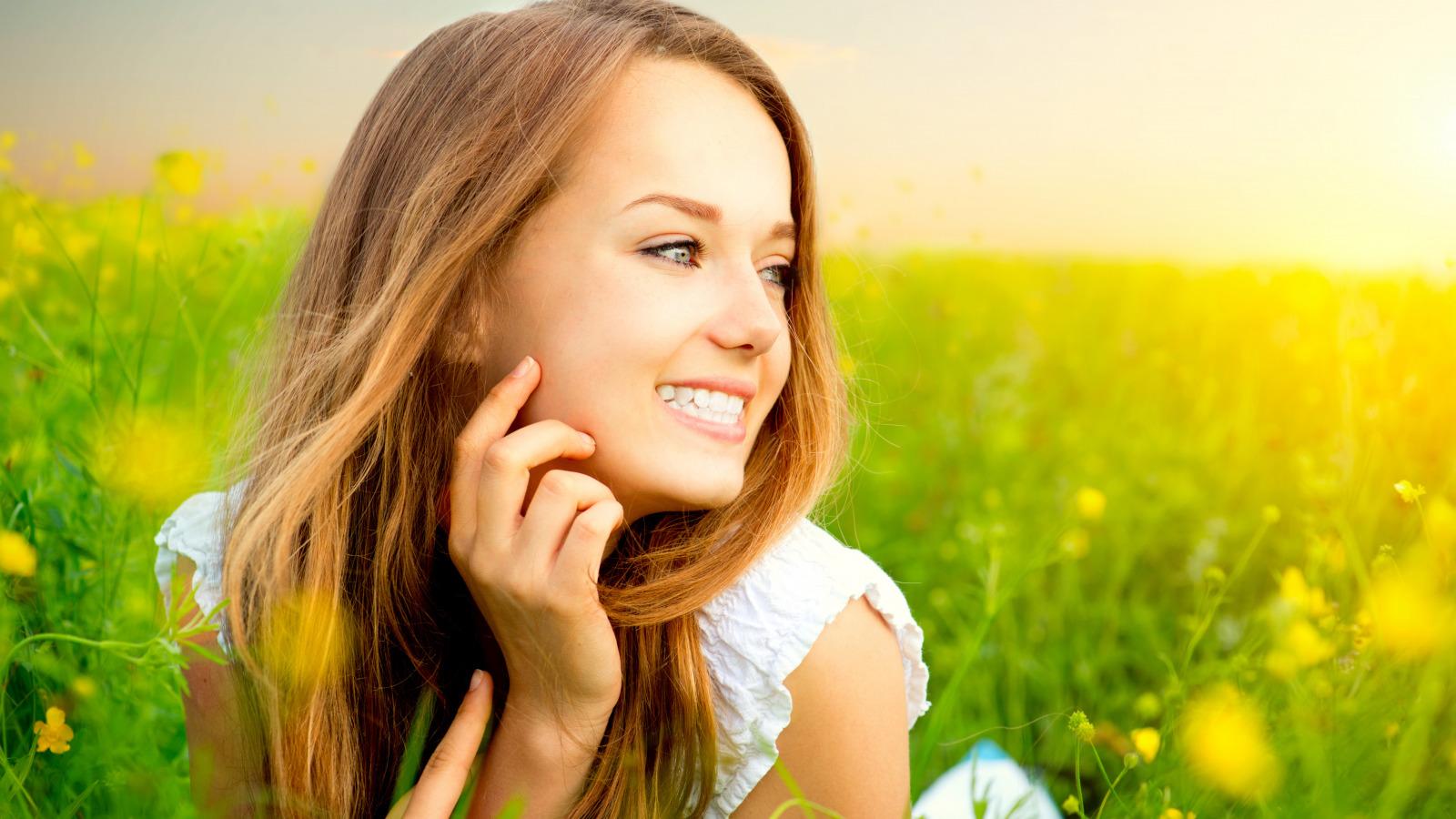 Цветное фото девушка улыбка