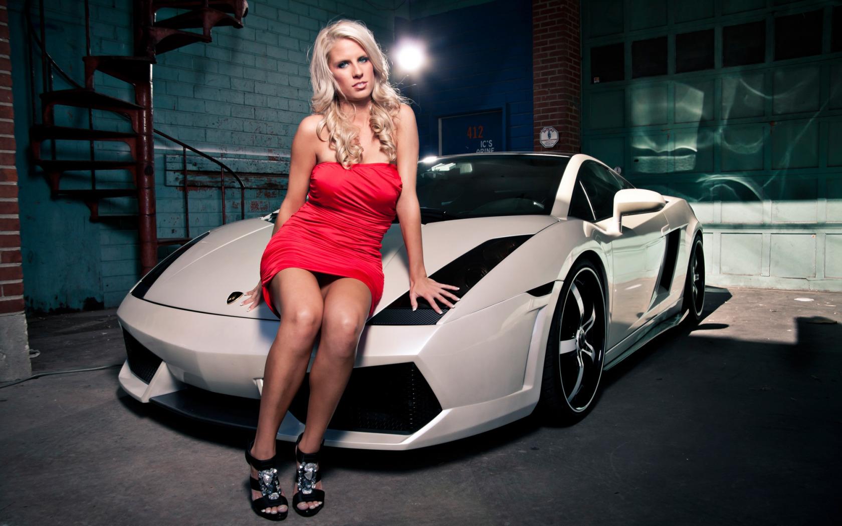 Пьяная блонда на фоне гаражей