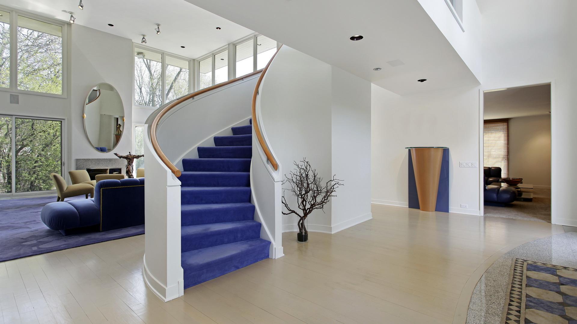 Поклейка обоев на лестнице
