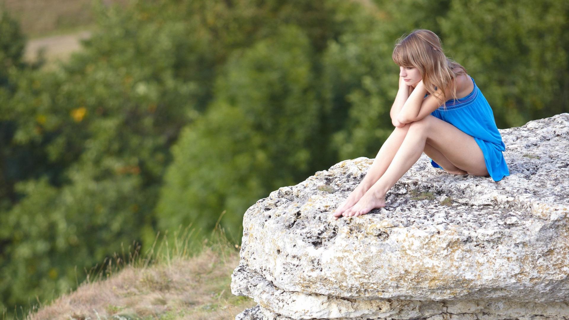Парень фотографирует голую подружку у скалы  234532
