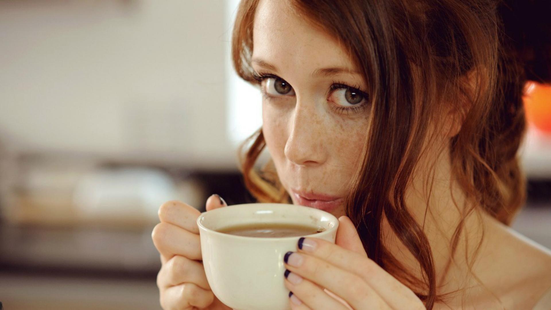 Девочка с кружкой чая картинки