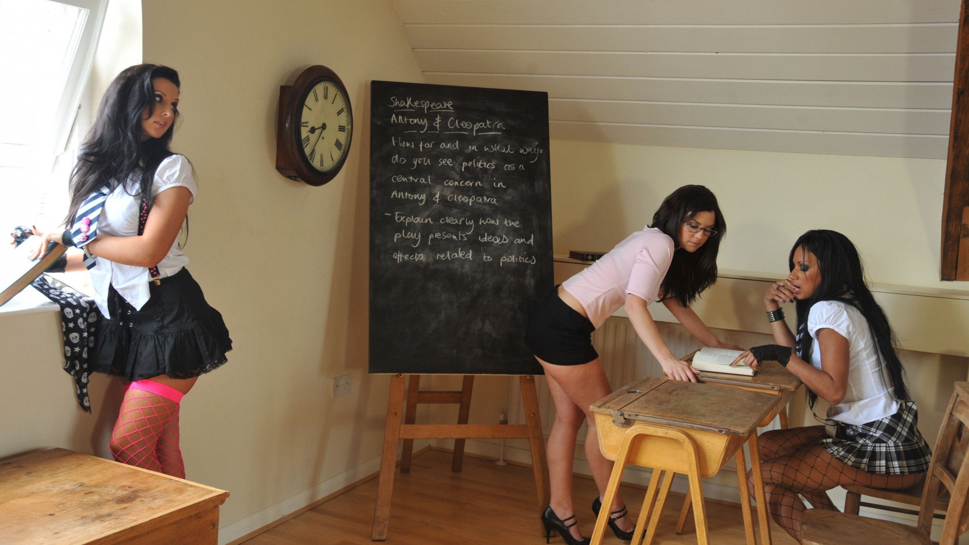 Преподаватель трахается с двумя студентками на столе в кабинете  497091