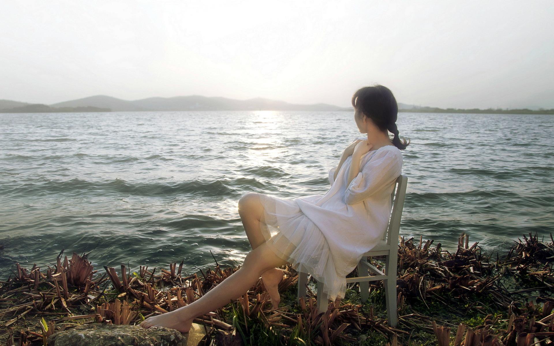 Картинки женщины сидящей у моря
