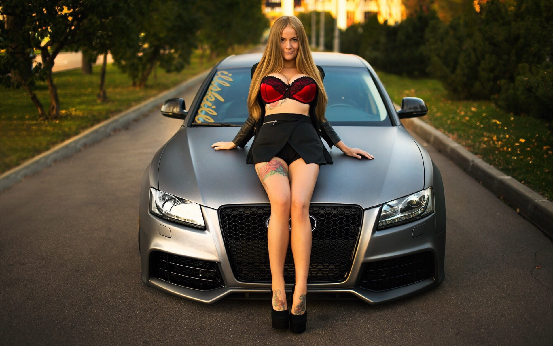 Фото девушек на капоте машины