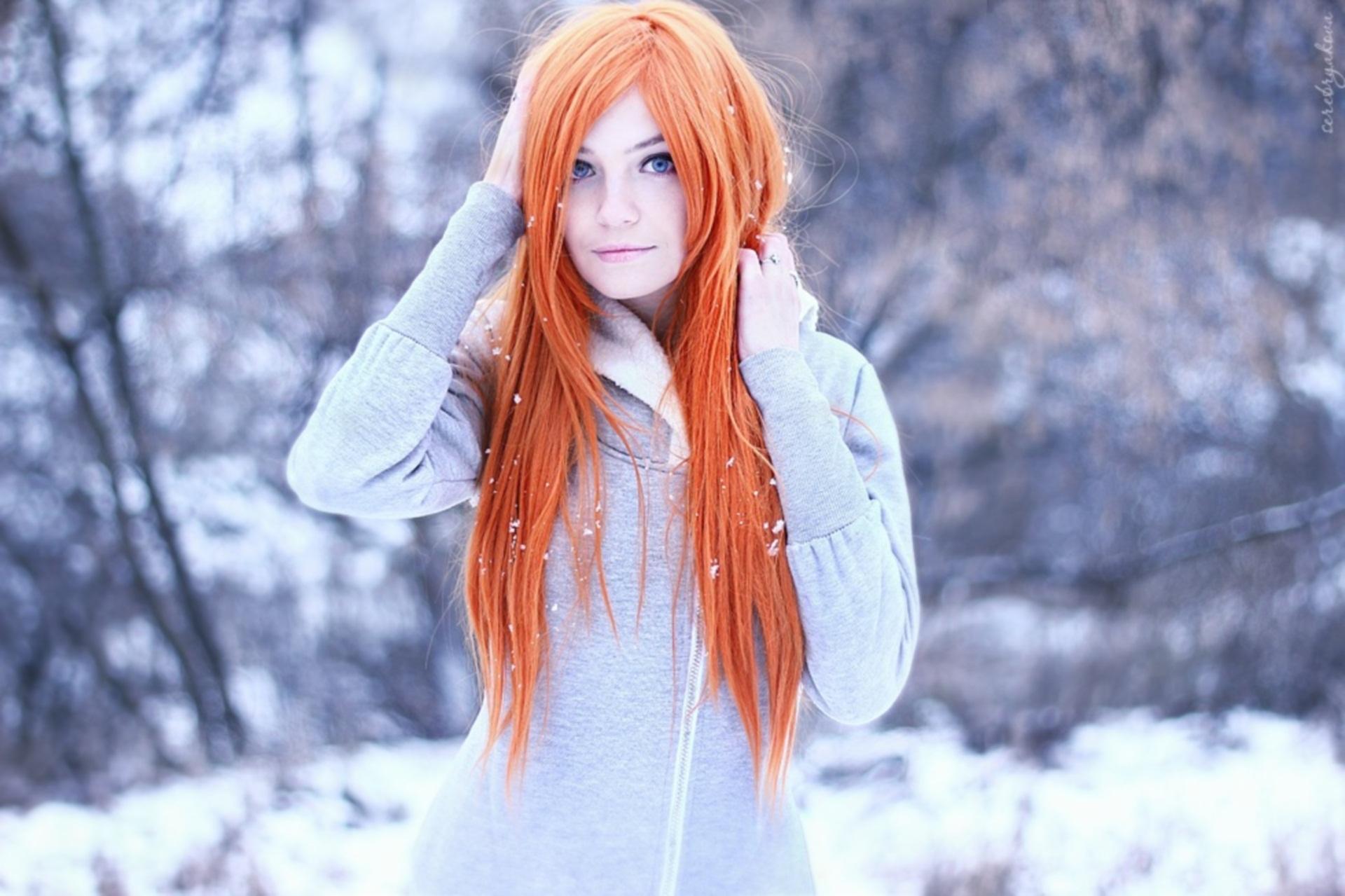 Фото одной девушки с рыжими волосами