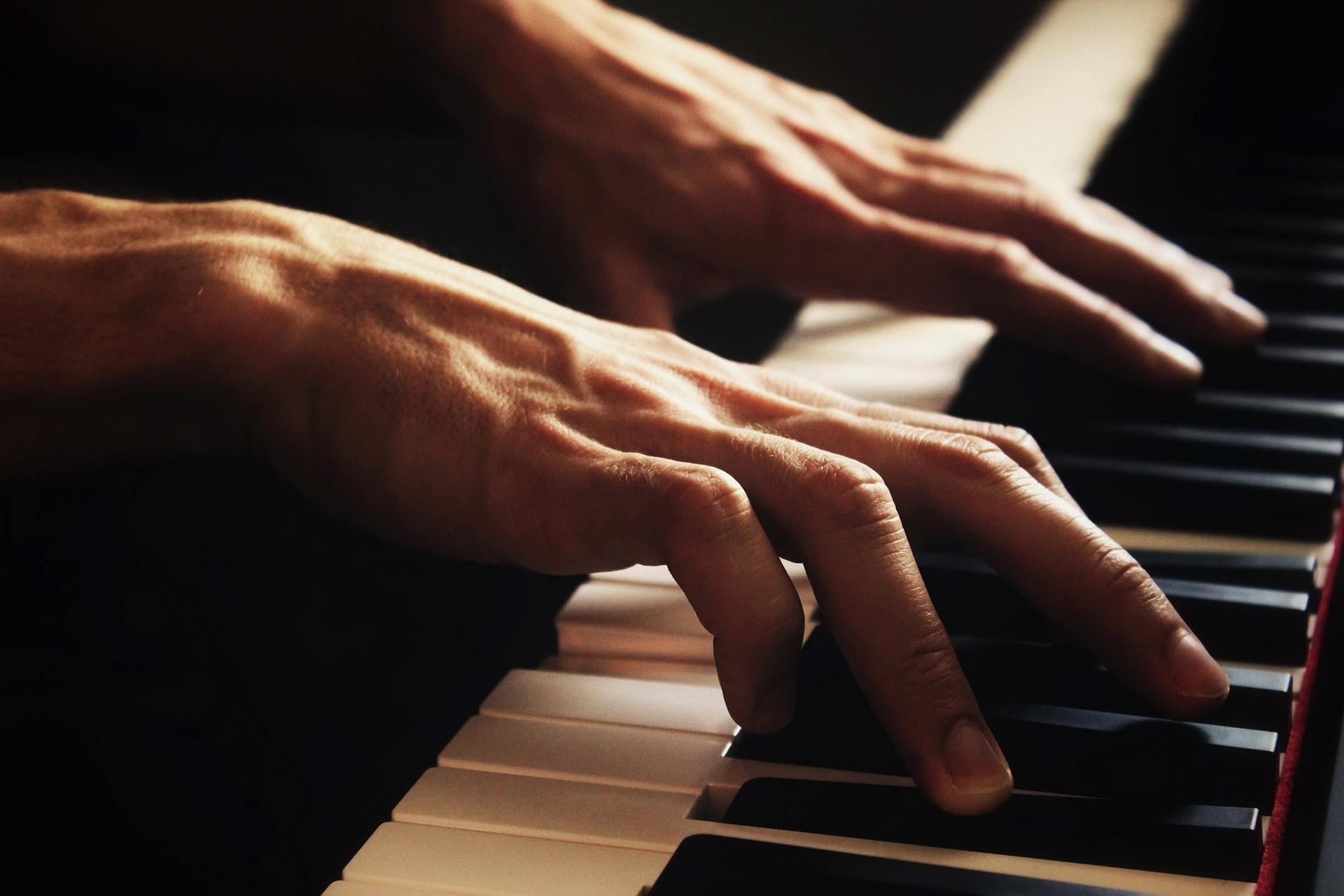 Картинка рука на пианино
