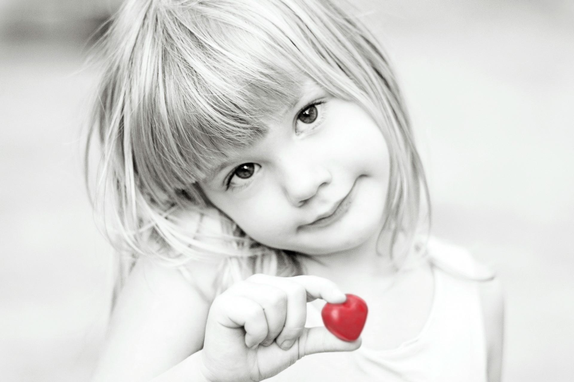 Картинка девочки с сердцем