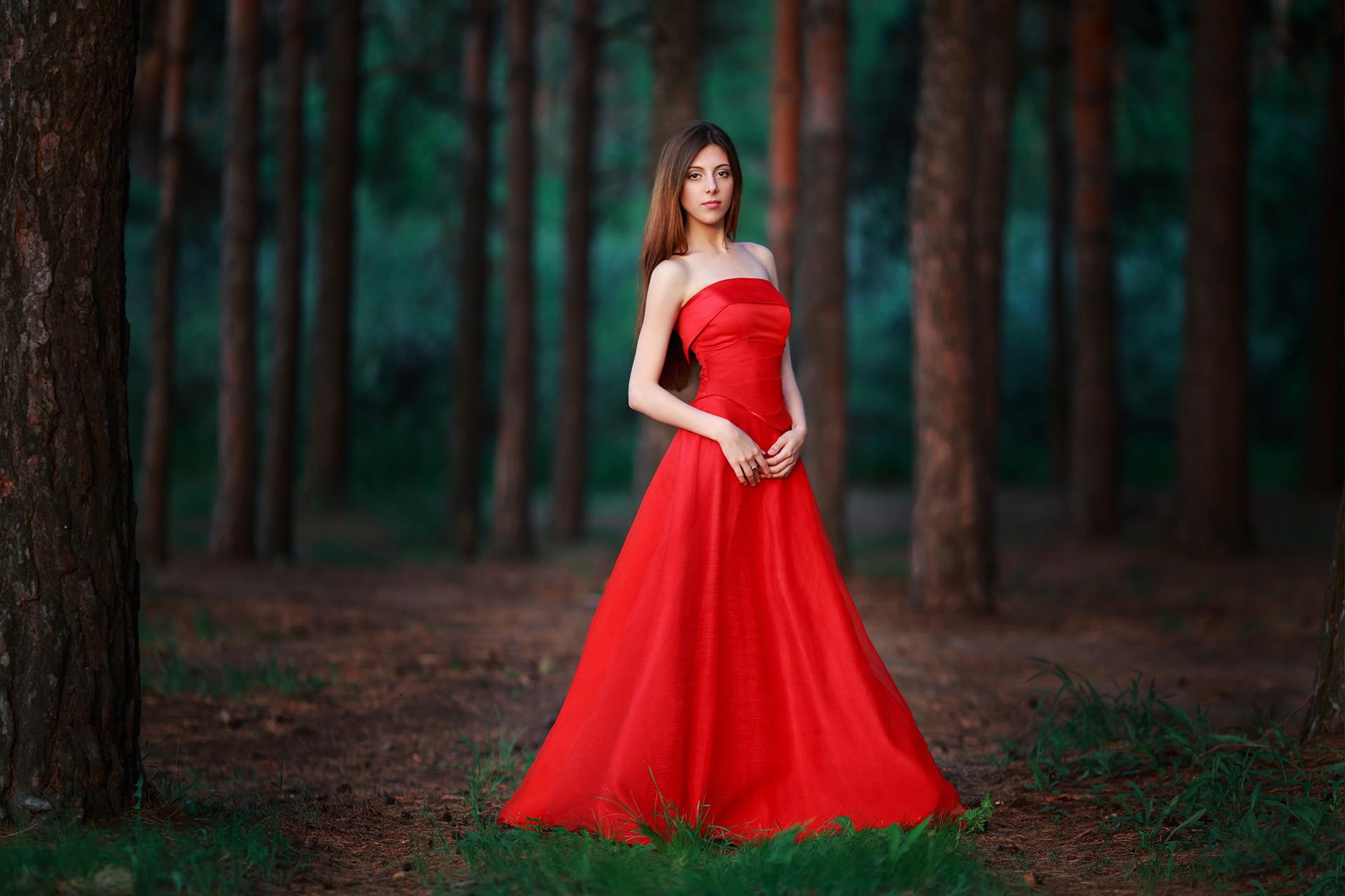 Фото девушек в красном луче
