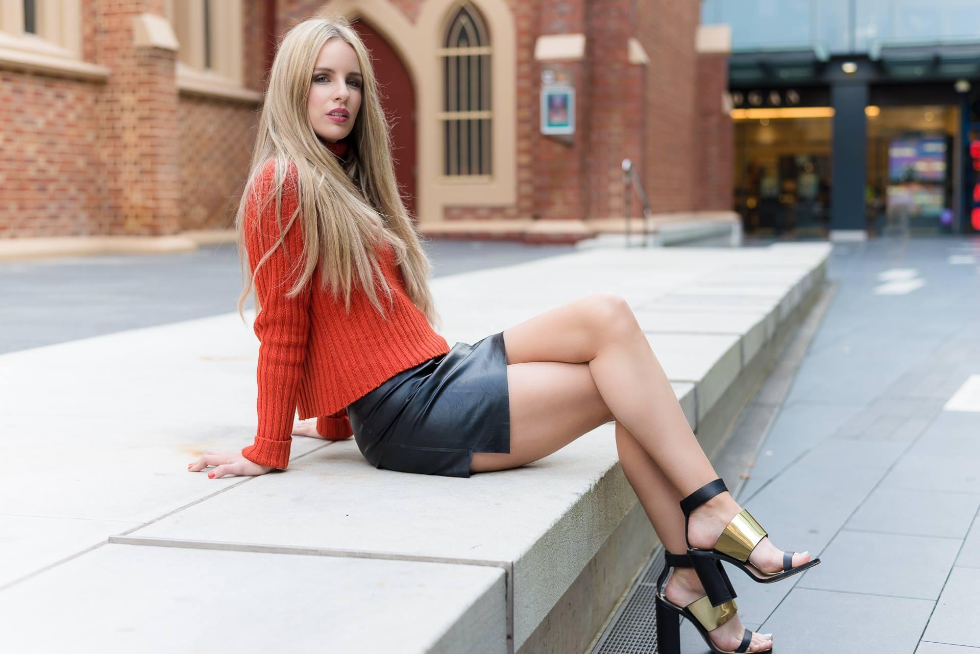 Картинки для рабочего стола девушки в мини юбках