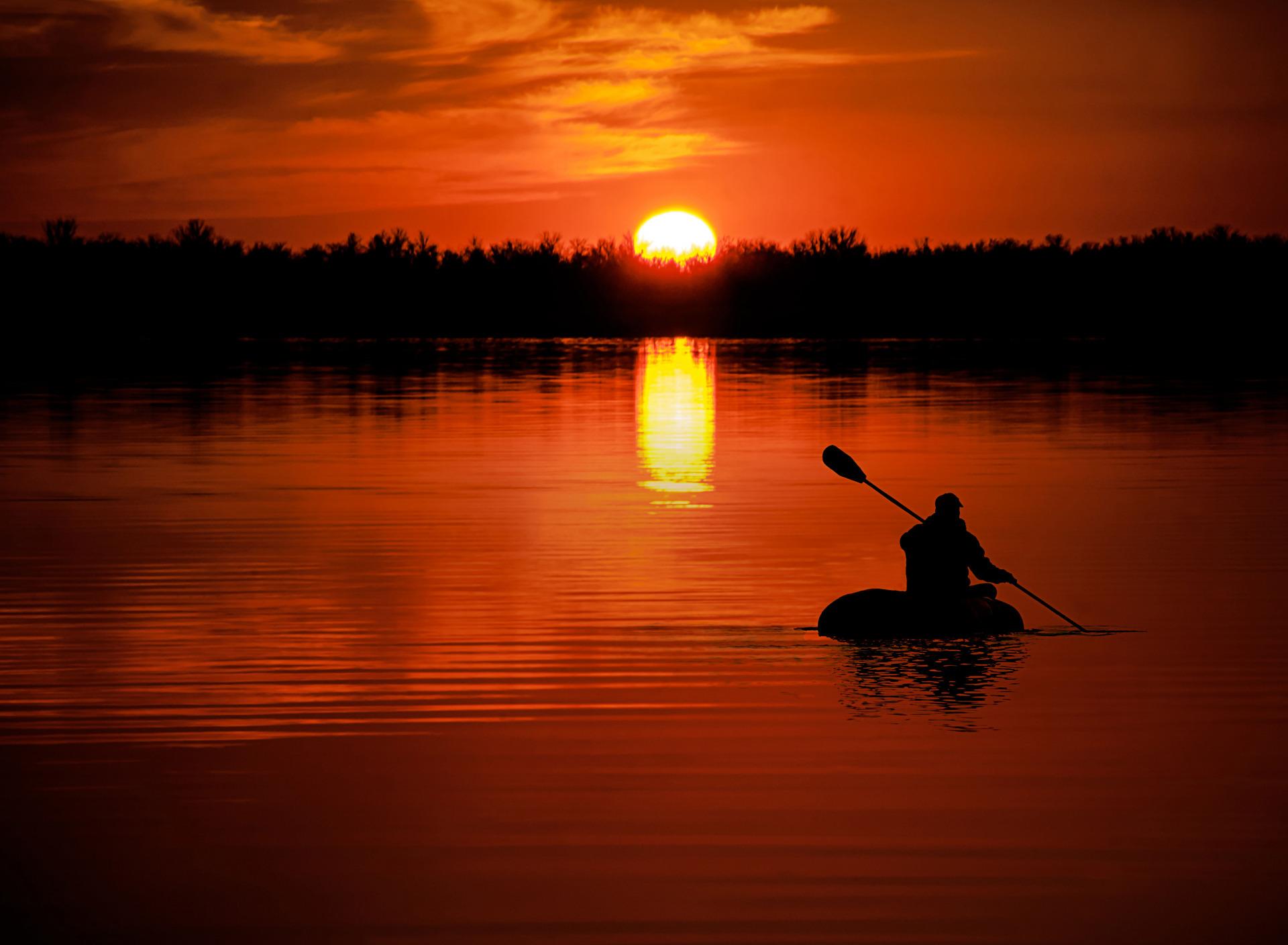 картинки человек в лодке на реке каждый день
