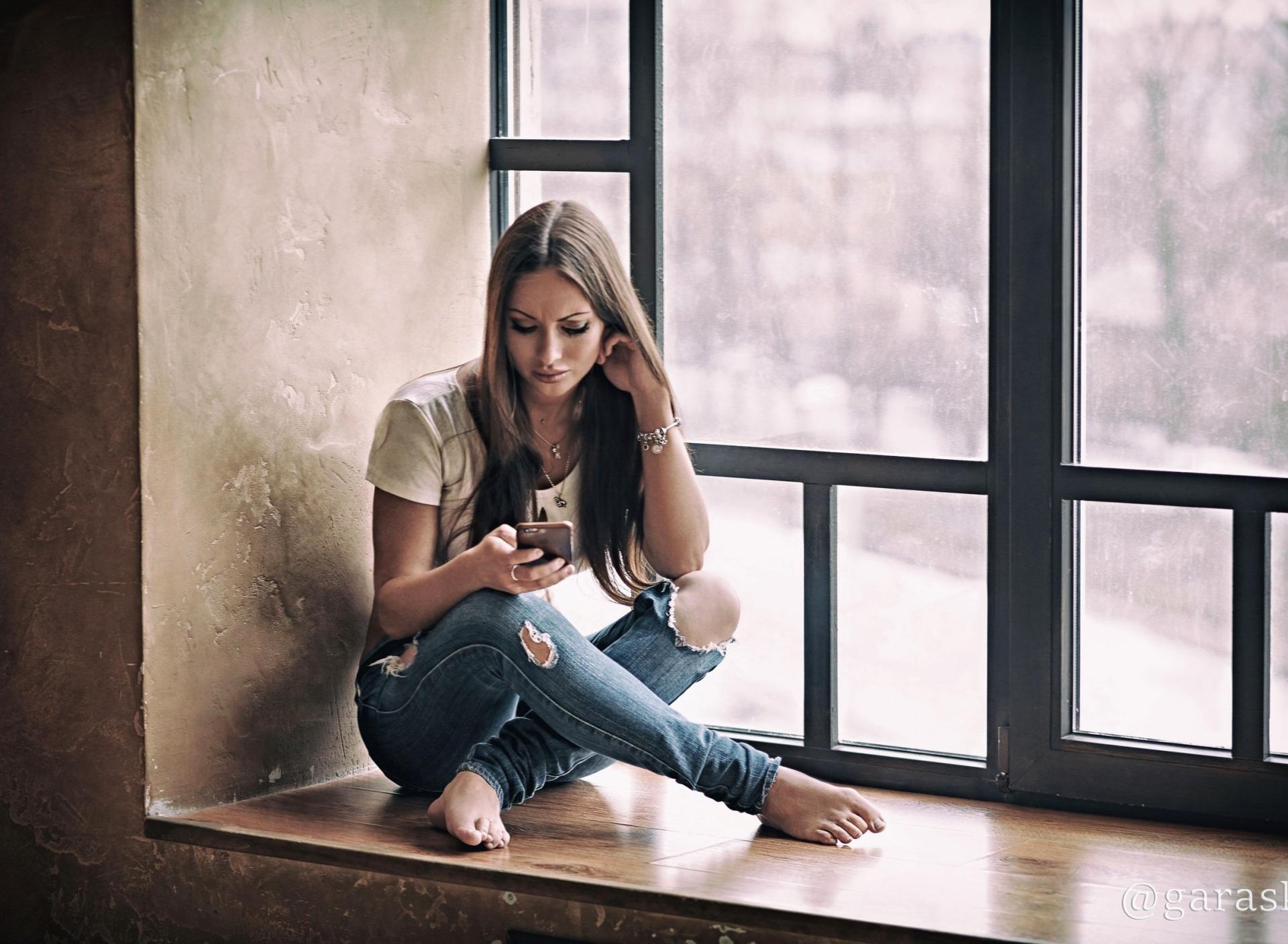 Картинки девушек сидящих на подоконнике