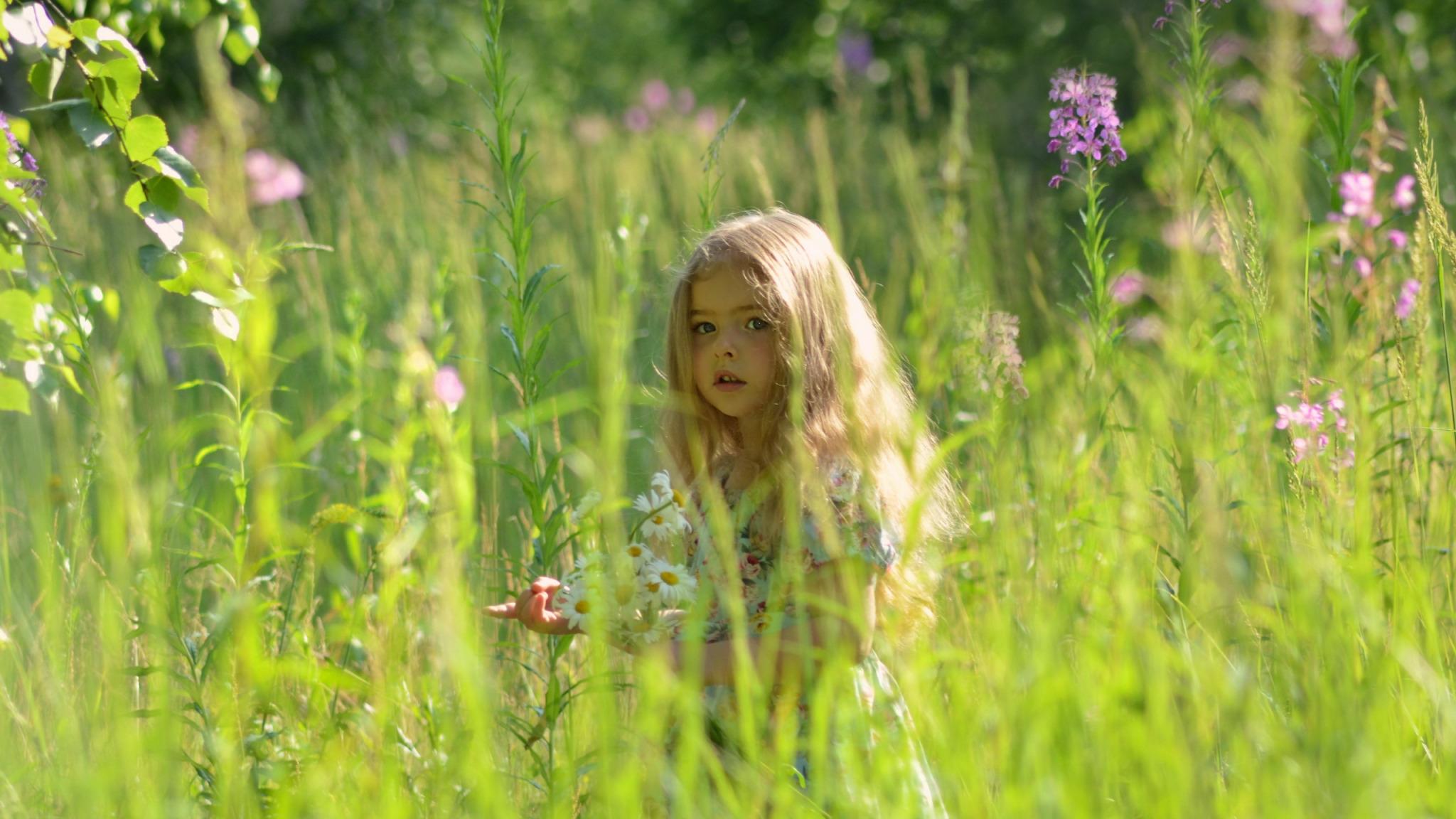 Девушка в траве  № 559828 без смс