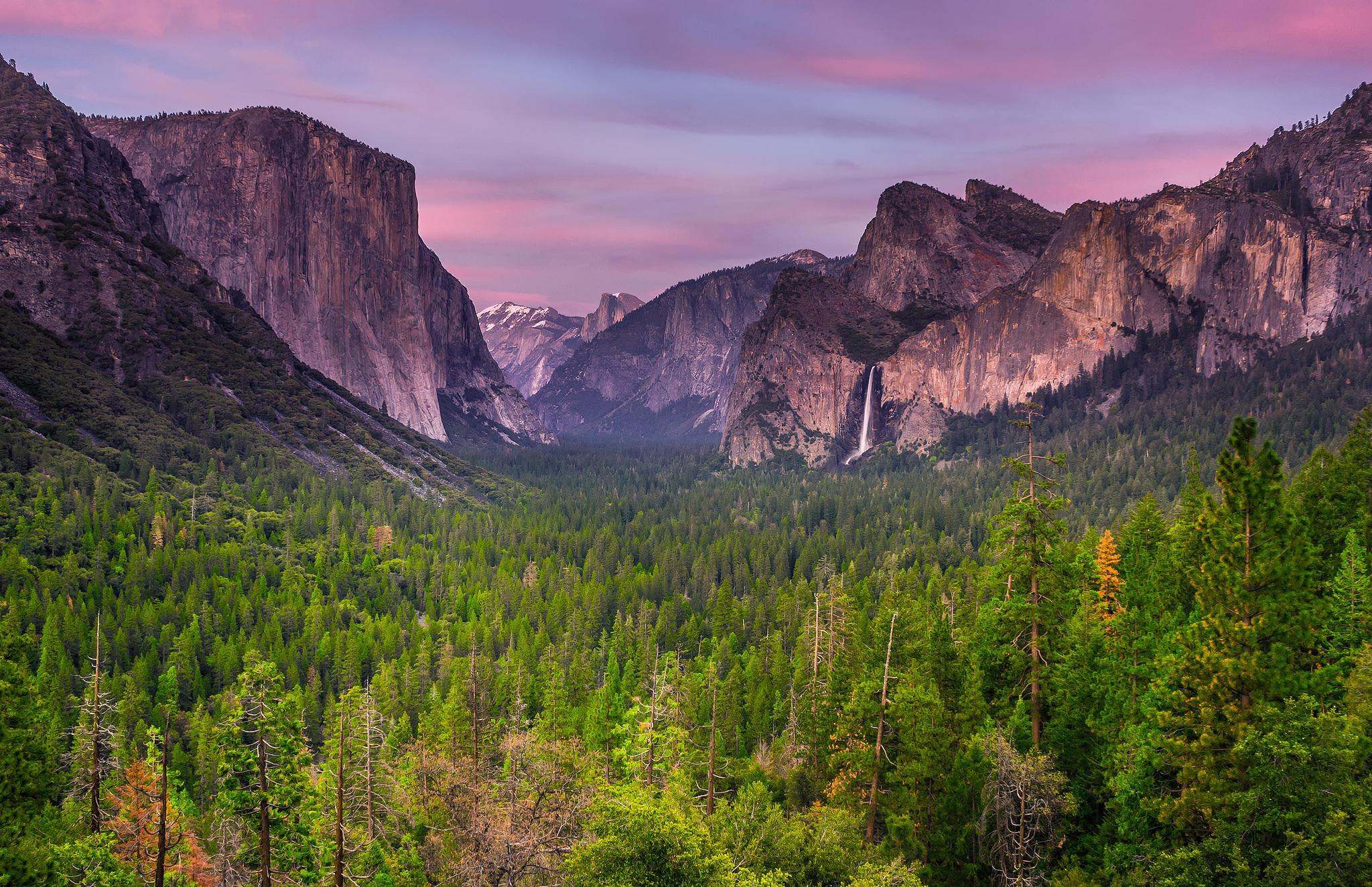 Природа горы скалы лес деревь небо облака  № 2864128 бесплатно