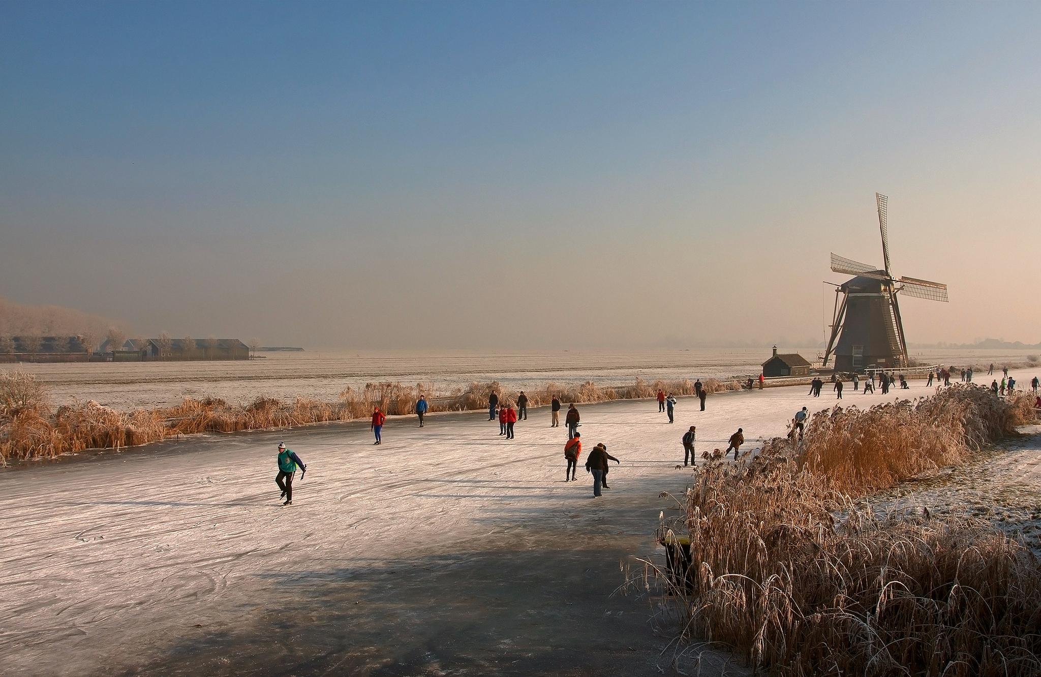 каток речка мельницы зима люди катание  № 1796412 бесплатно