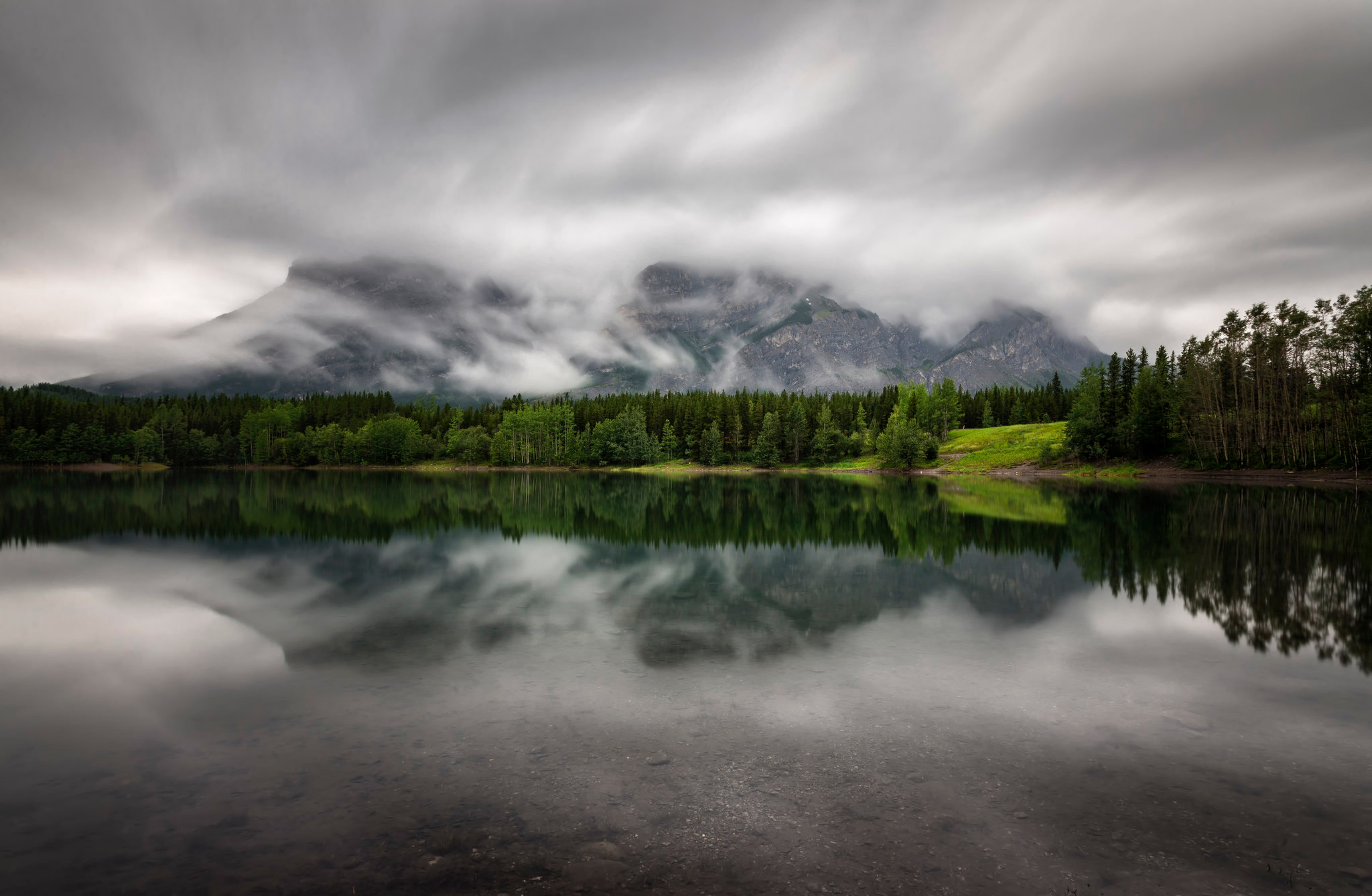 Облака над озером, галька, горы, лес  № 2950487 без смс