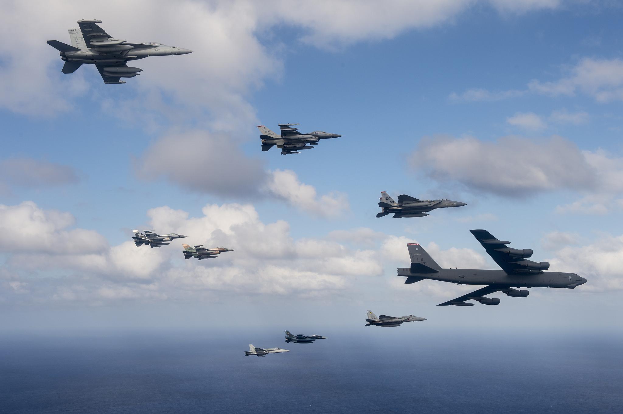 можно попросить картинки с самолетами в небе военный позволяет