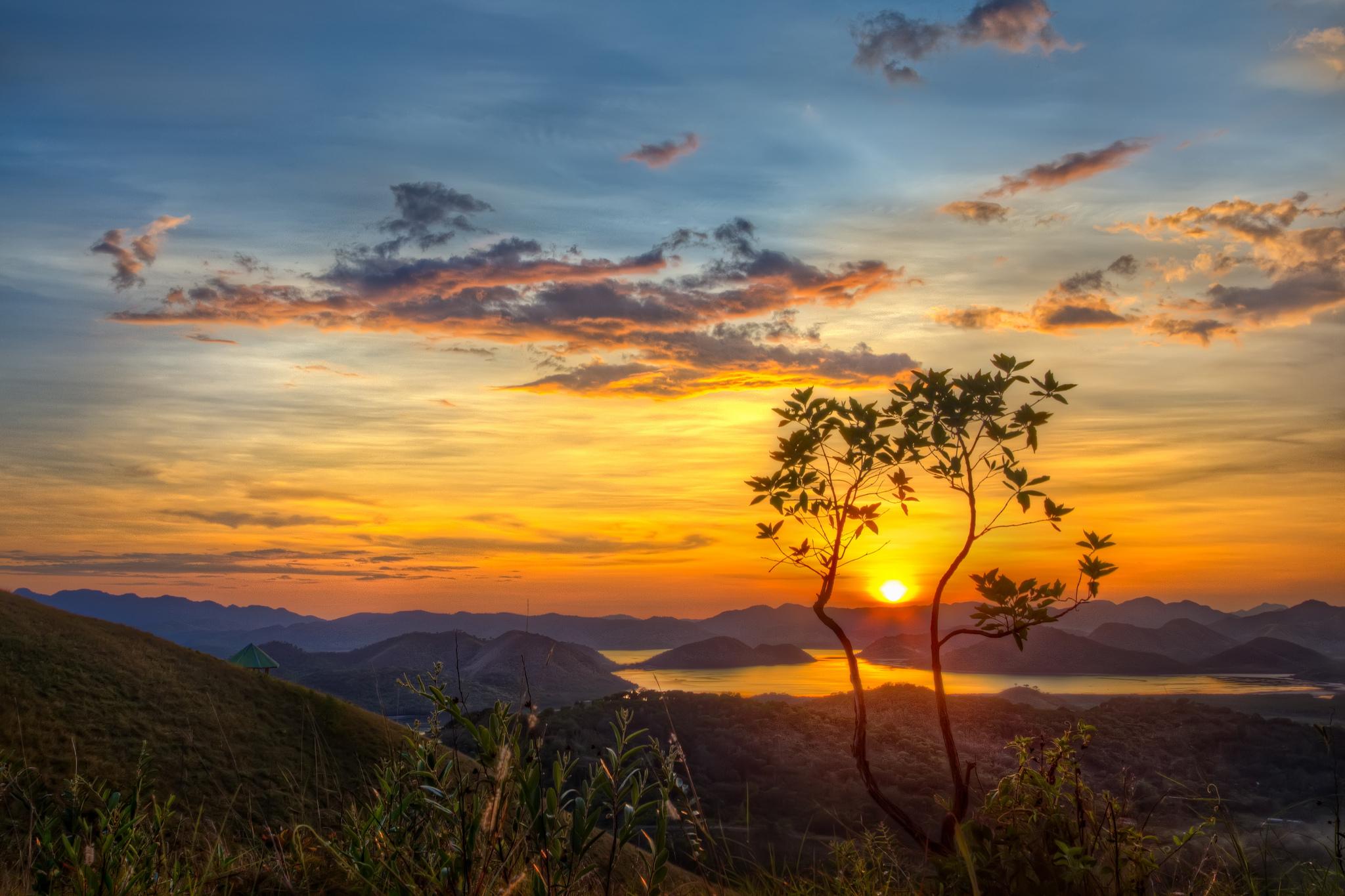 холмы озеро небо закат пейзаж  № 2743263 загрузить