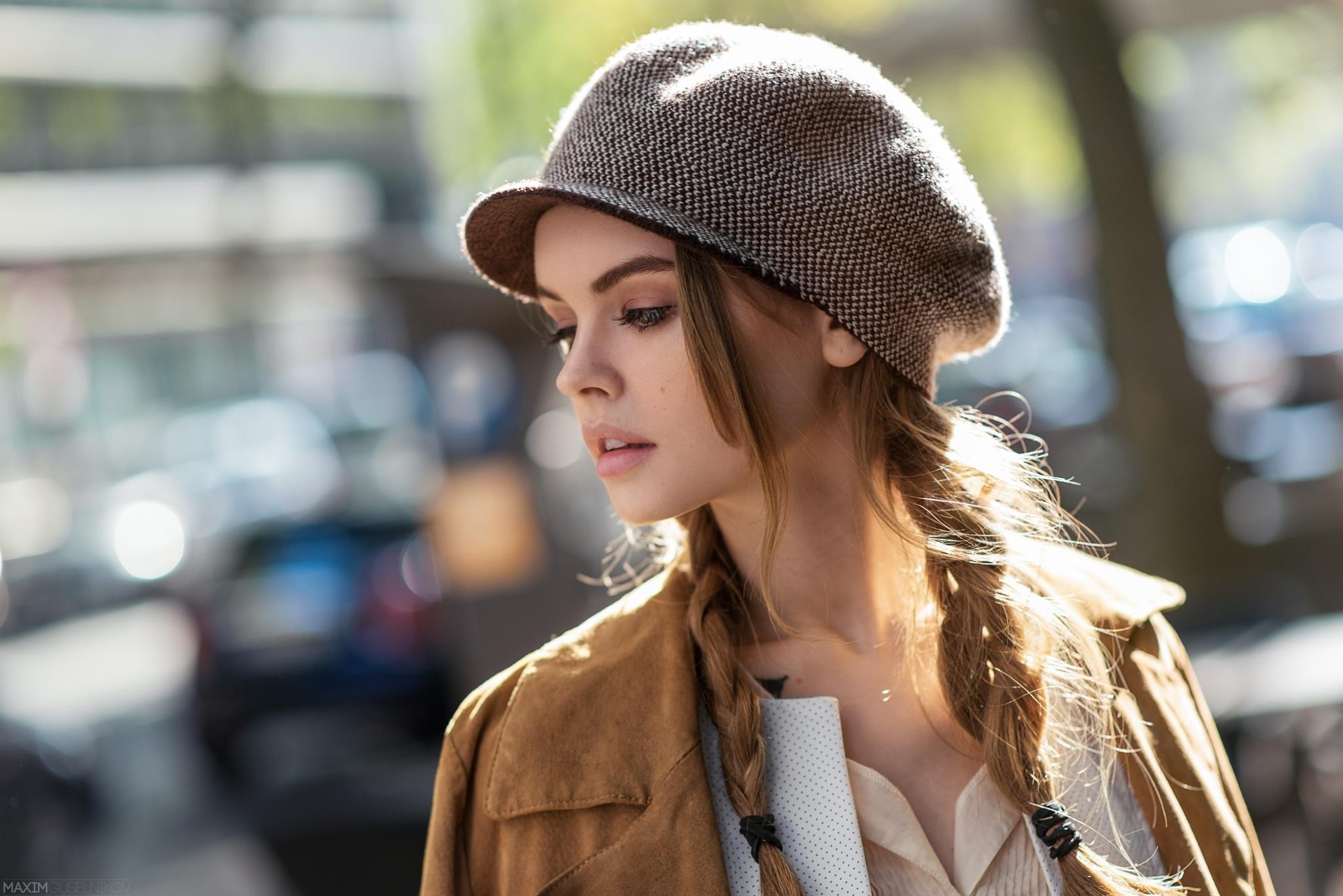 Фото девушек в кепках боком