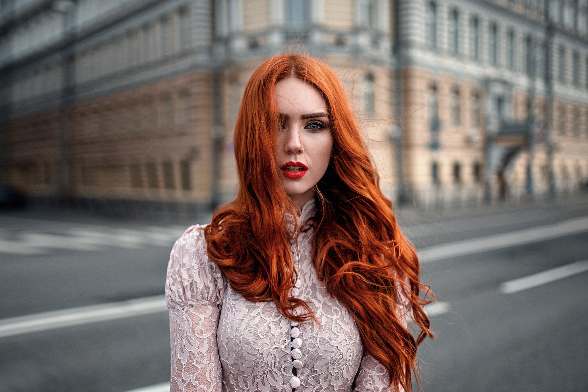 Рыжая накрашенная девушка  № 1940814  скачать
