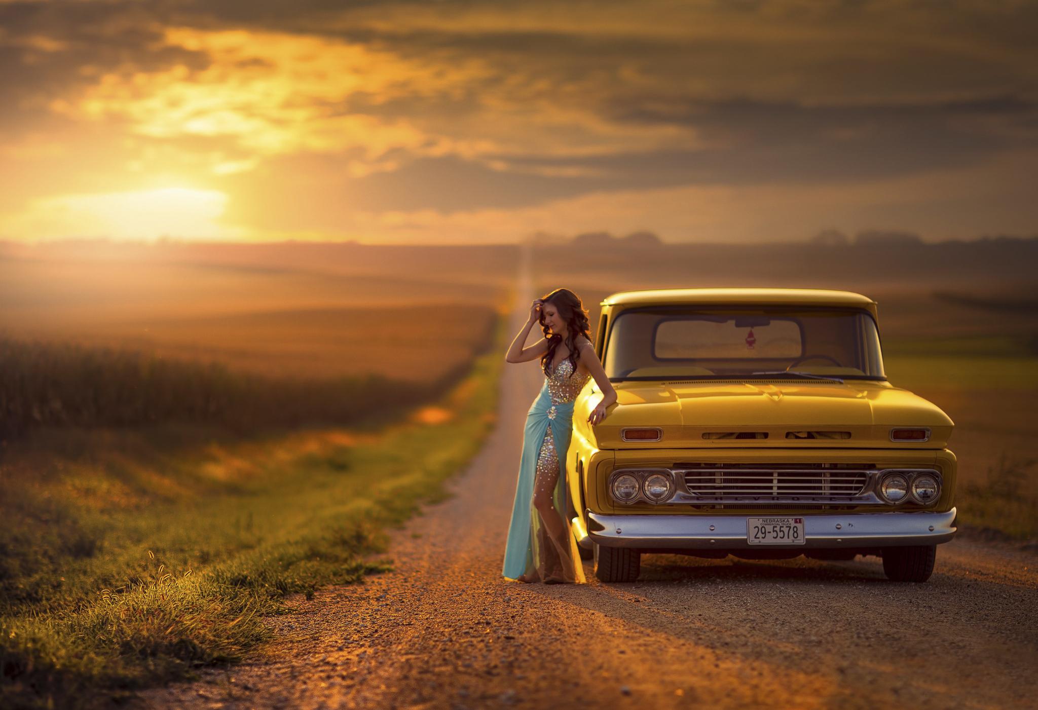 Старый автомобиль в поле  № 2341354 бесплатно