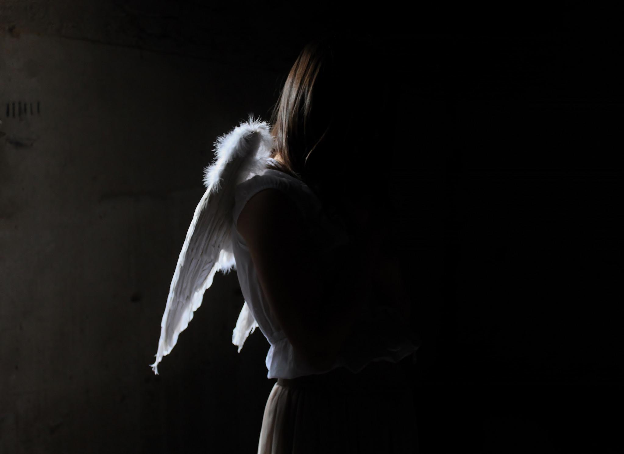 Картинки девушка с крыльями ангела в темноте