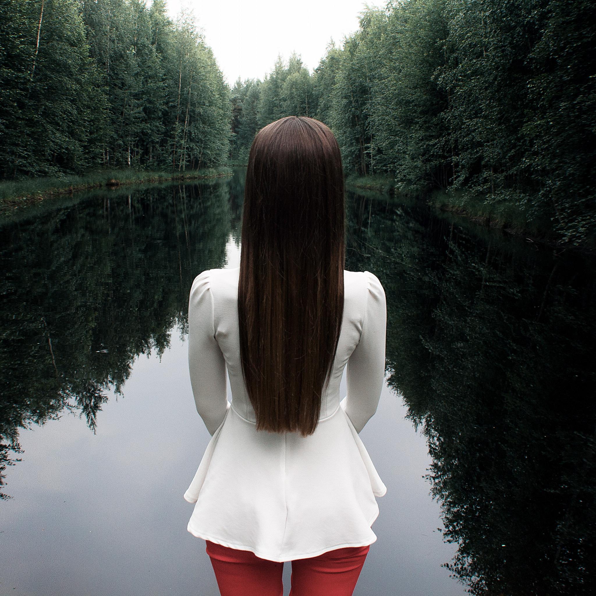 Картинка девушки стоящий сзади