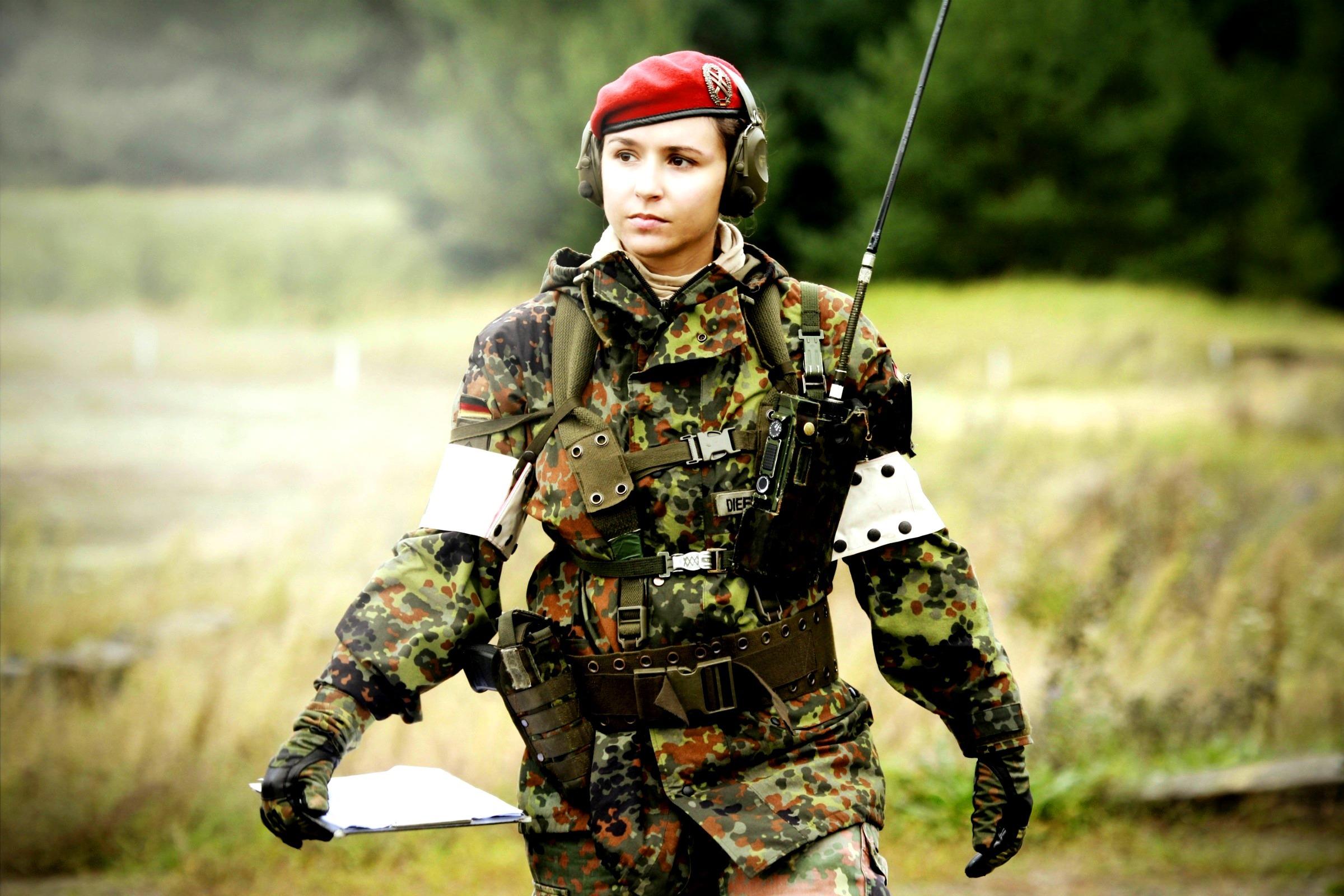 Прикольные картинки девушек военных, моря открытка открытка