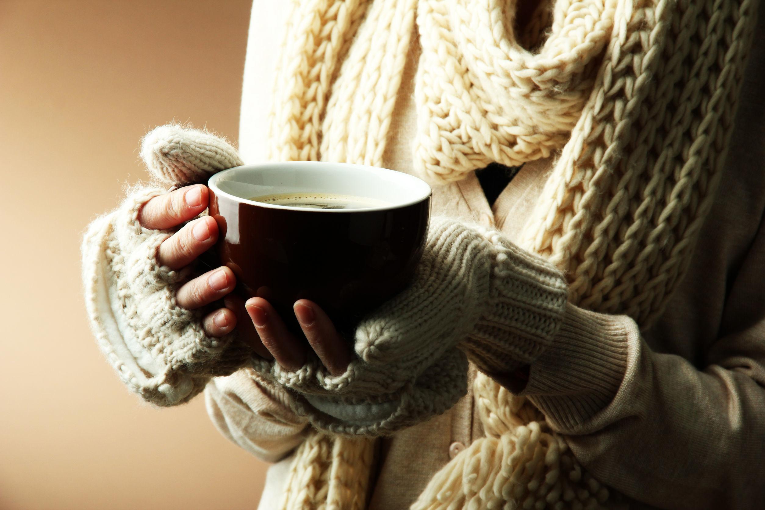 Картинки зима девушка с кофе, вечер