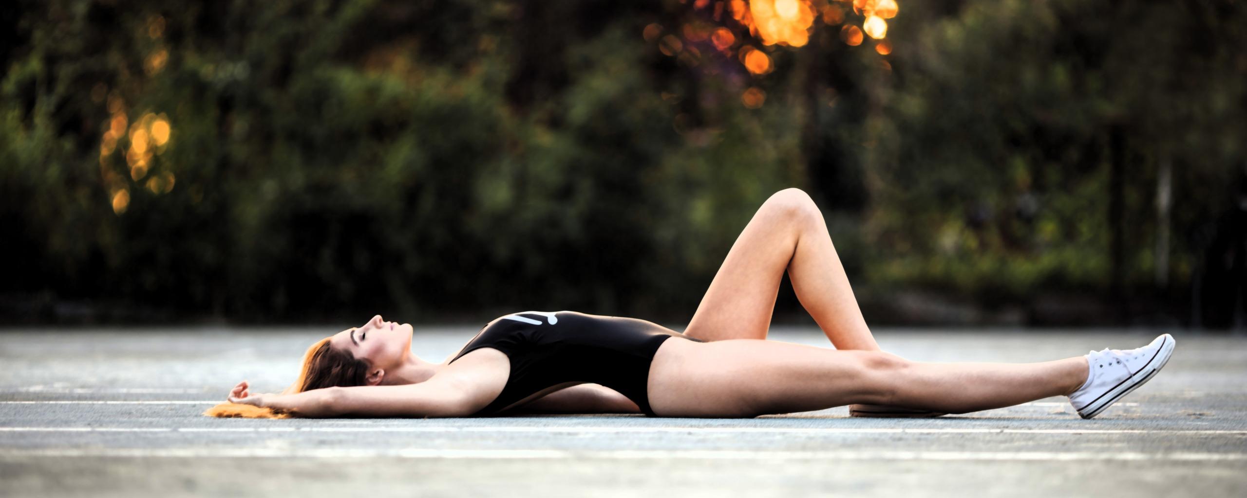 Девушка лежит на спине фото