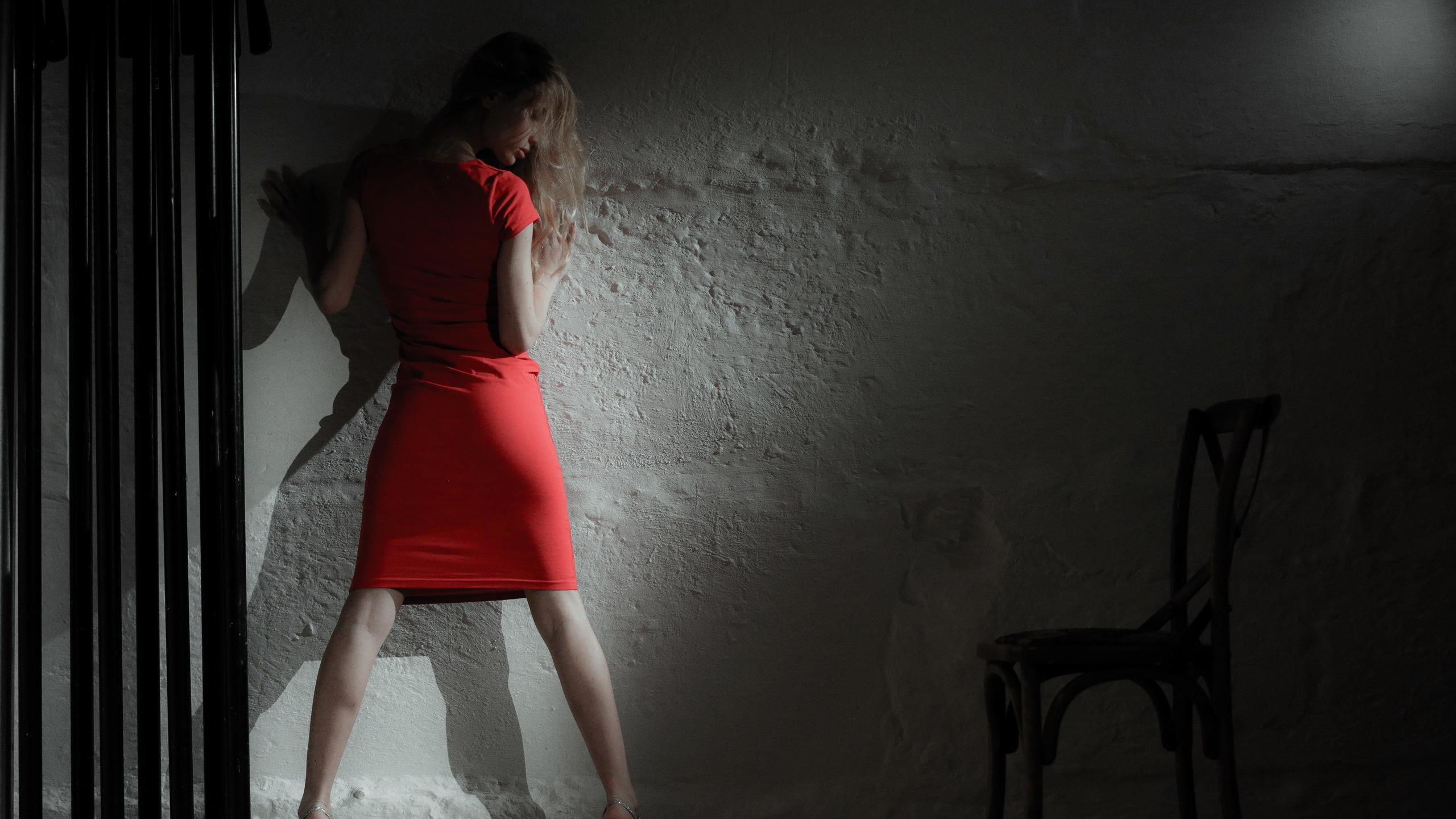 Черно белое фото девушка в темноте