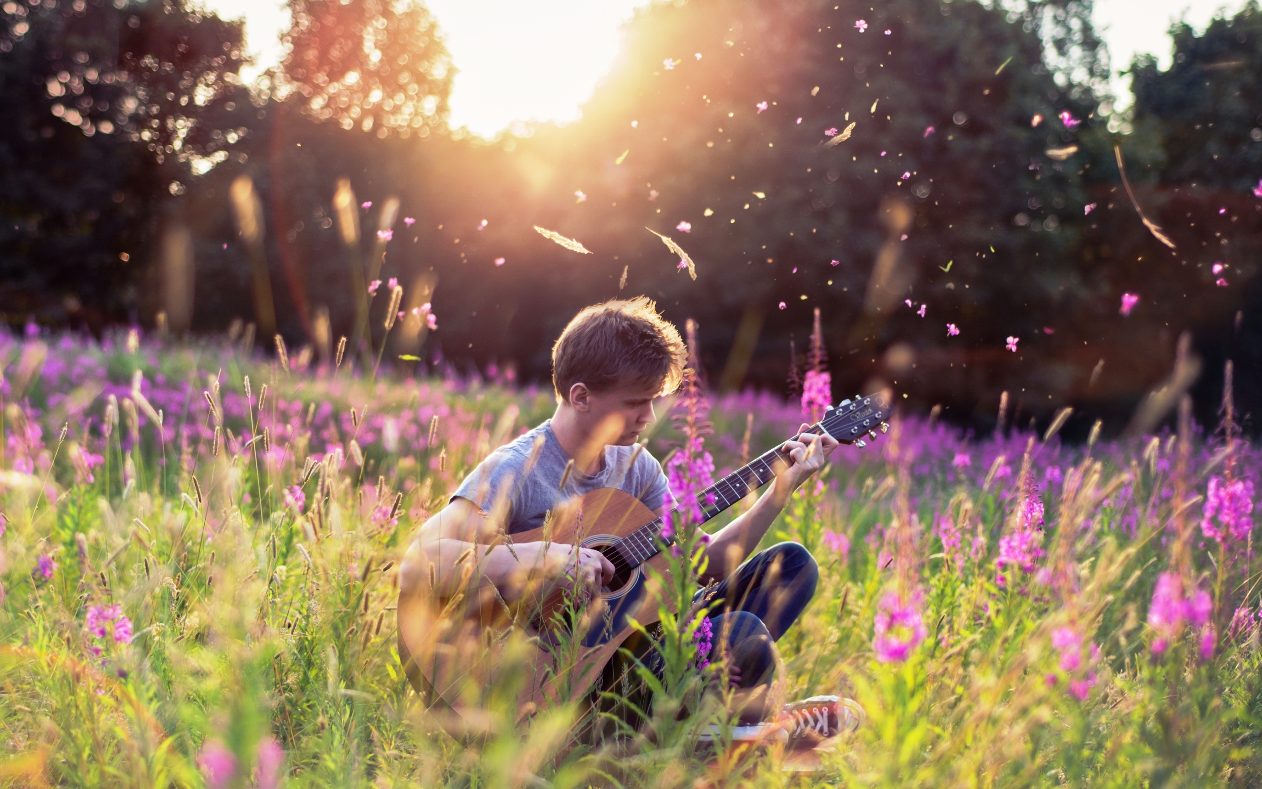 парень гитара мужчина природа дерево  № 3470134 без смс