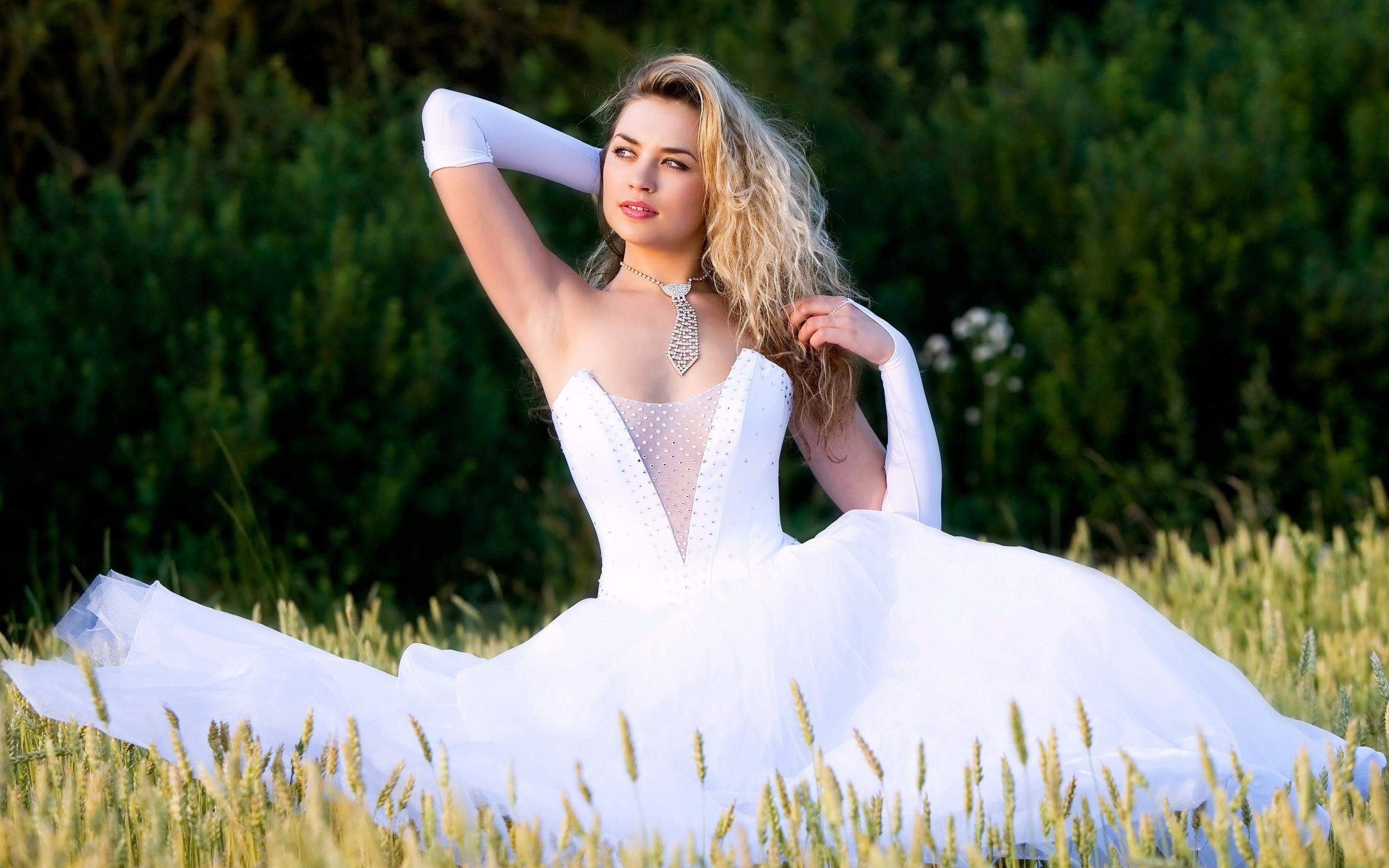 Девушка в белом видео