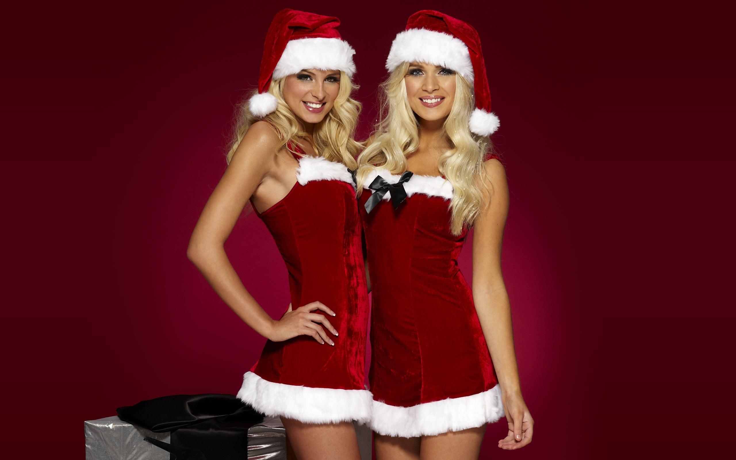 Сучка позирует на Рождество перед елкой  444113