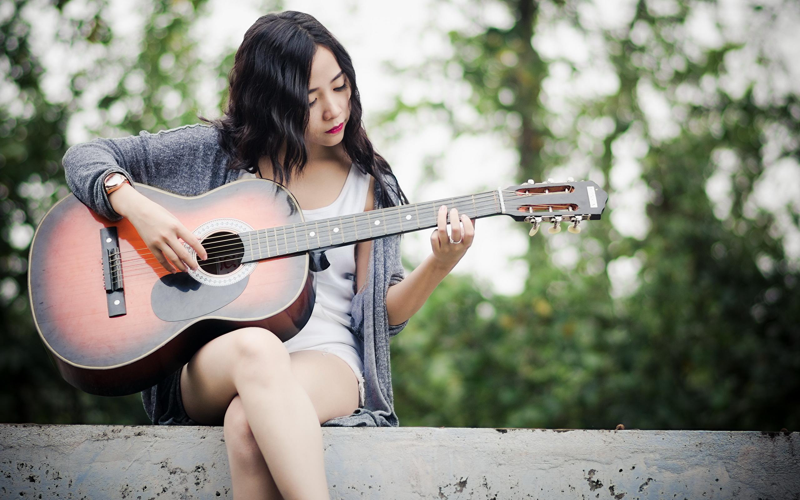 Азиатка с гитарой  № 466072 загрузить