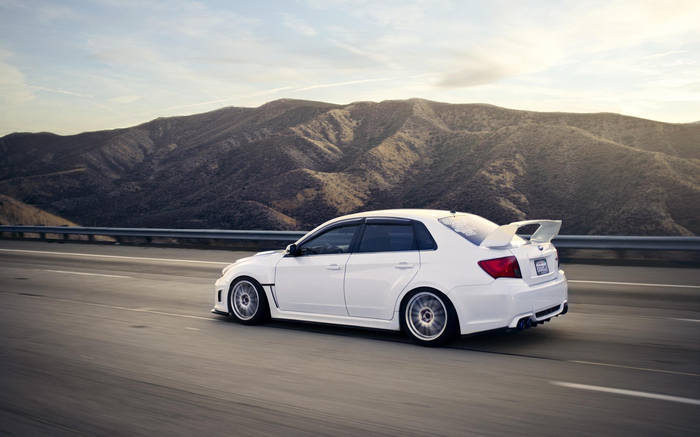 Белый авто в легкой синеве  № 3565258  скачать