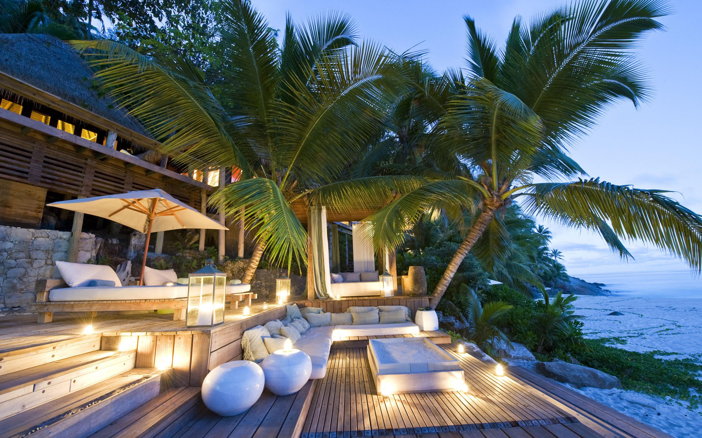 Обои на рабочий стол пальмы море песок и гостиницы