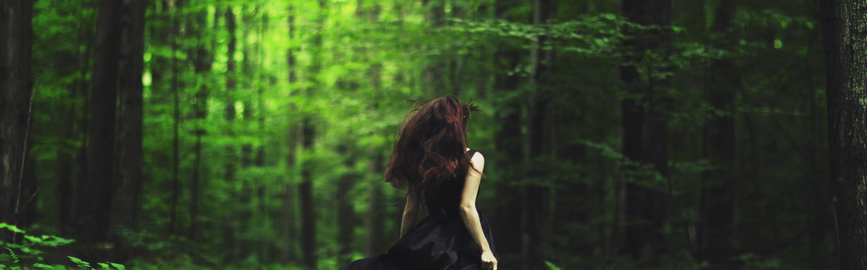 видео девушка убегает от парня в лесу слову