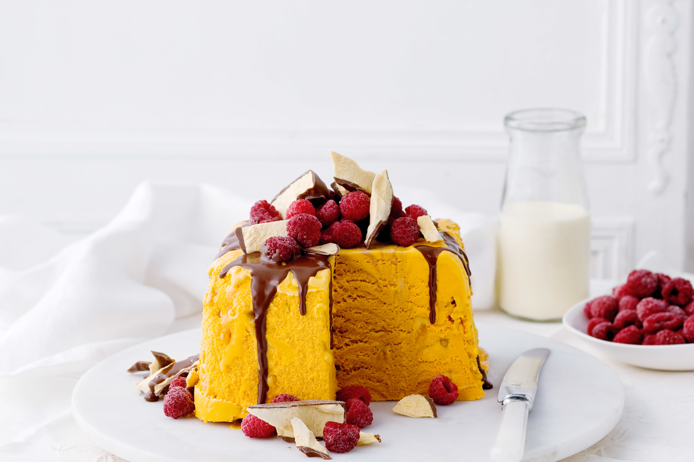 Белый торт с кусочками фруктов  № 2171542 без смс