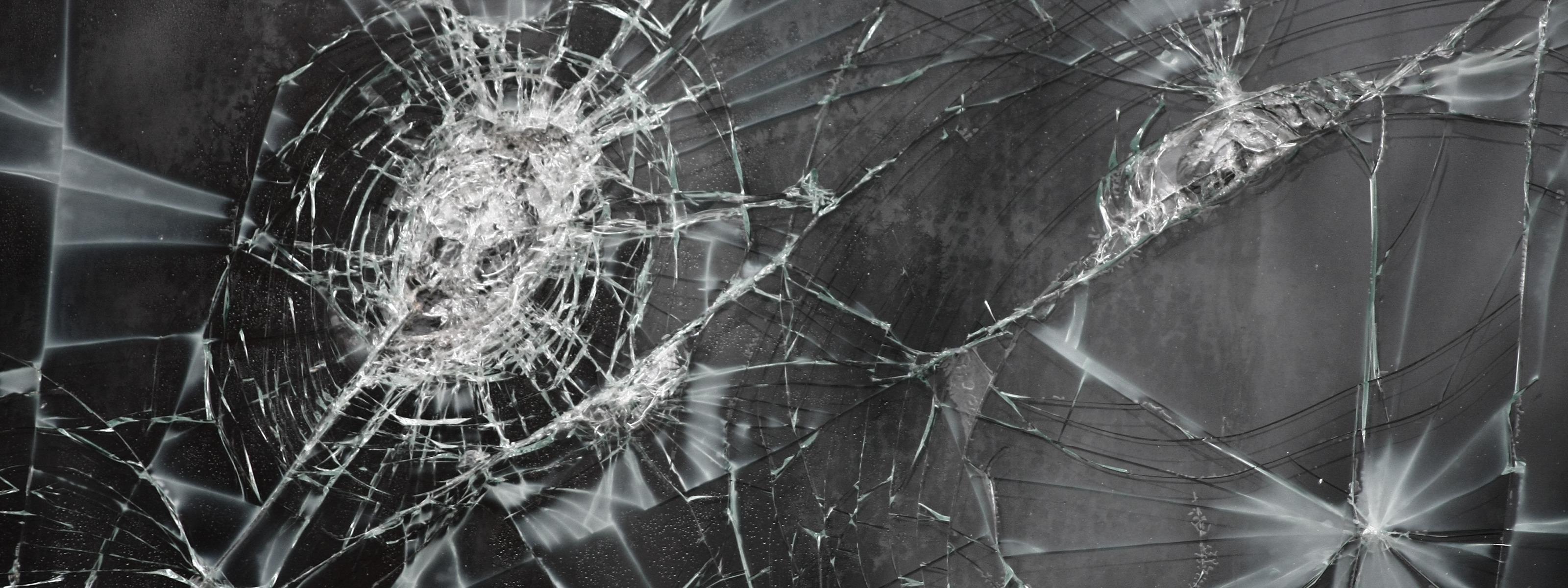 что на экране ноутбука картинка разбитого стекла стиль
