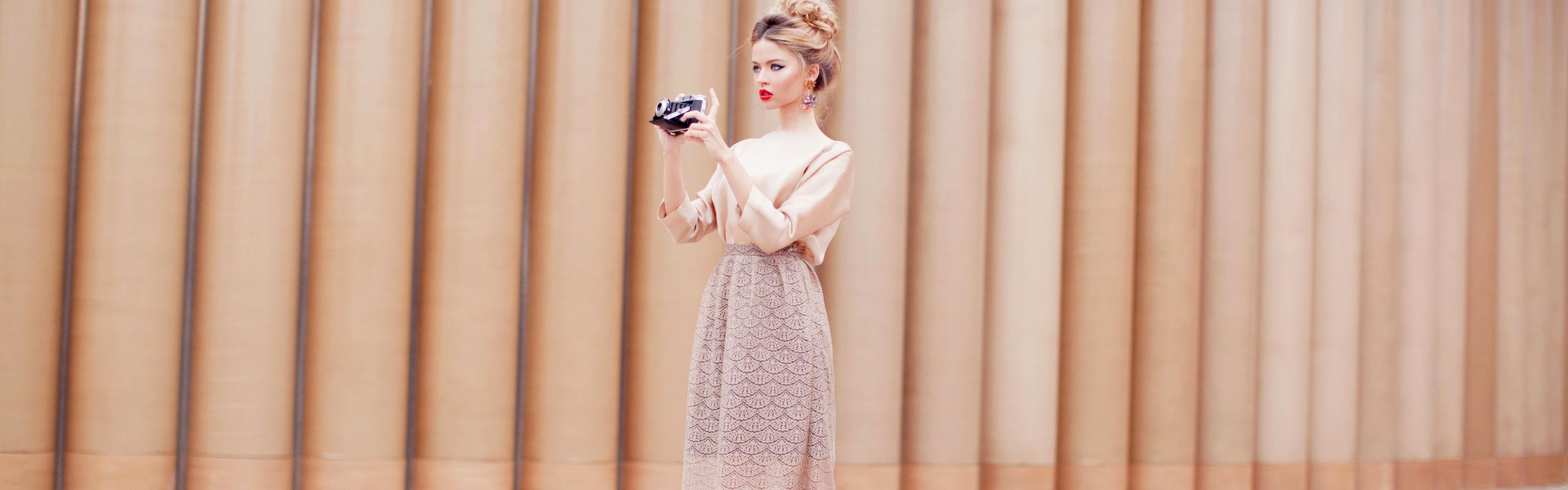 Блондинка снимает юбку