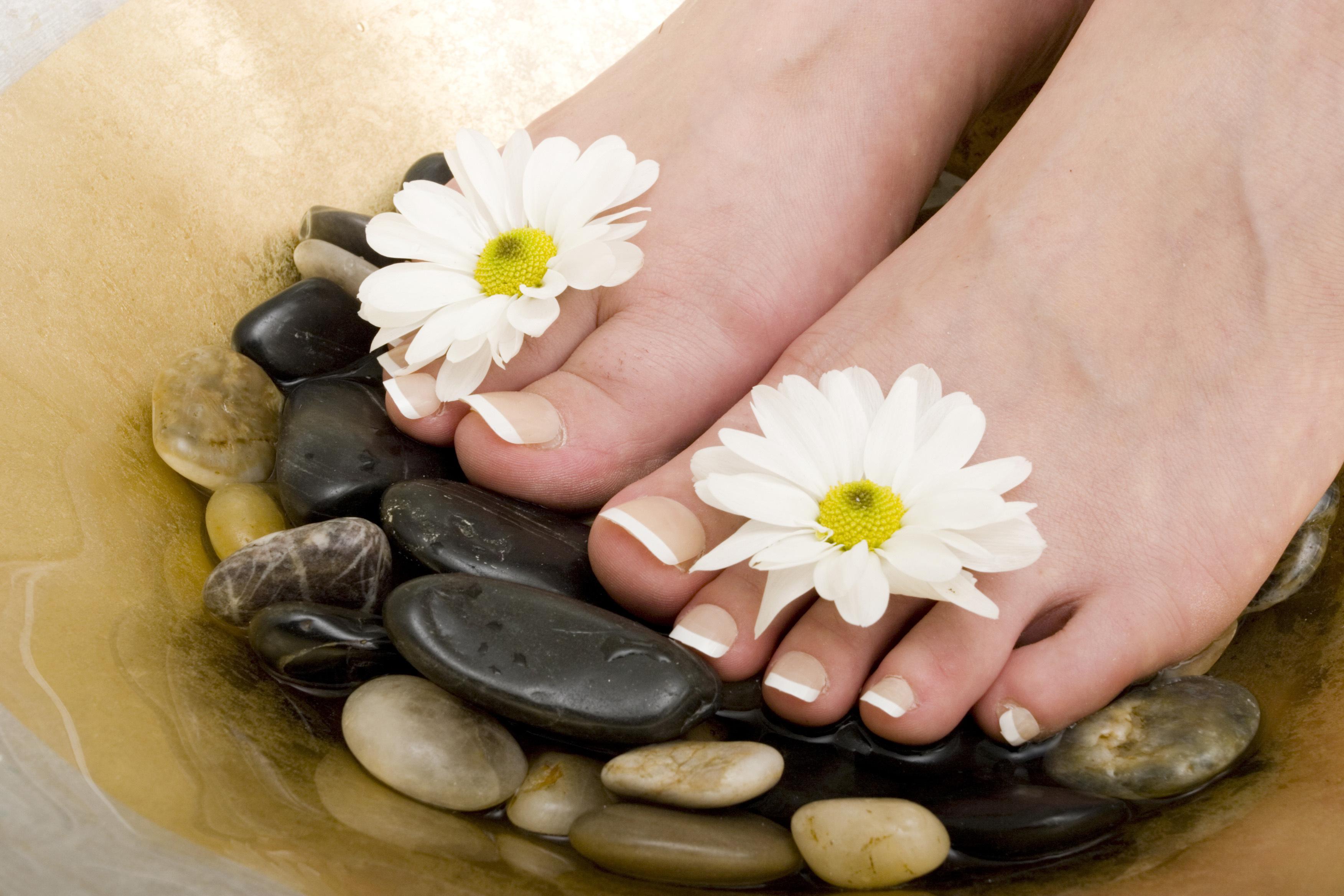 Цветы на ногах педикюр