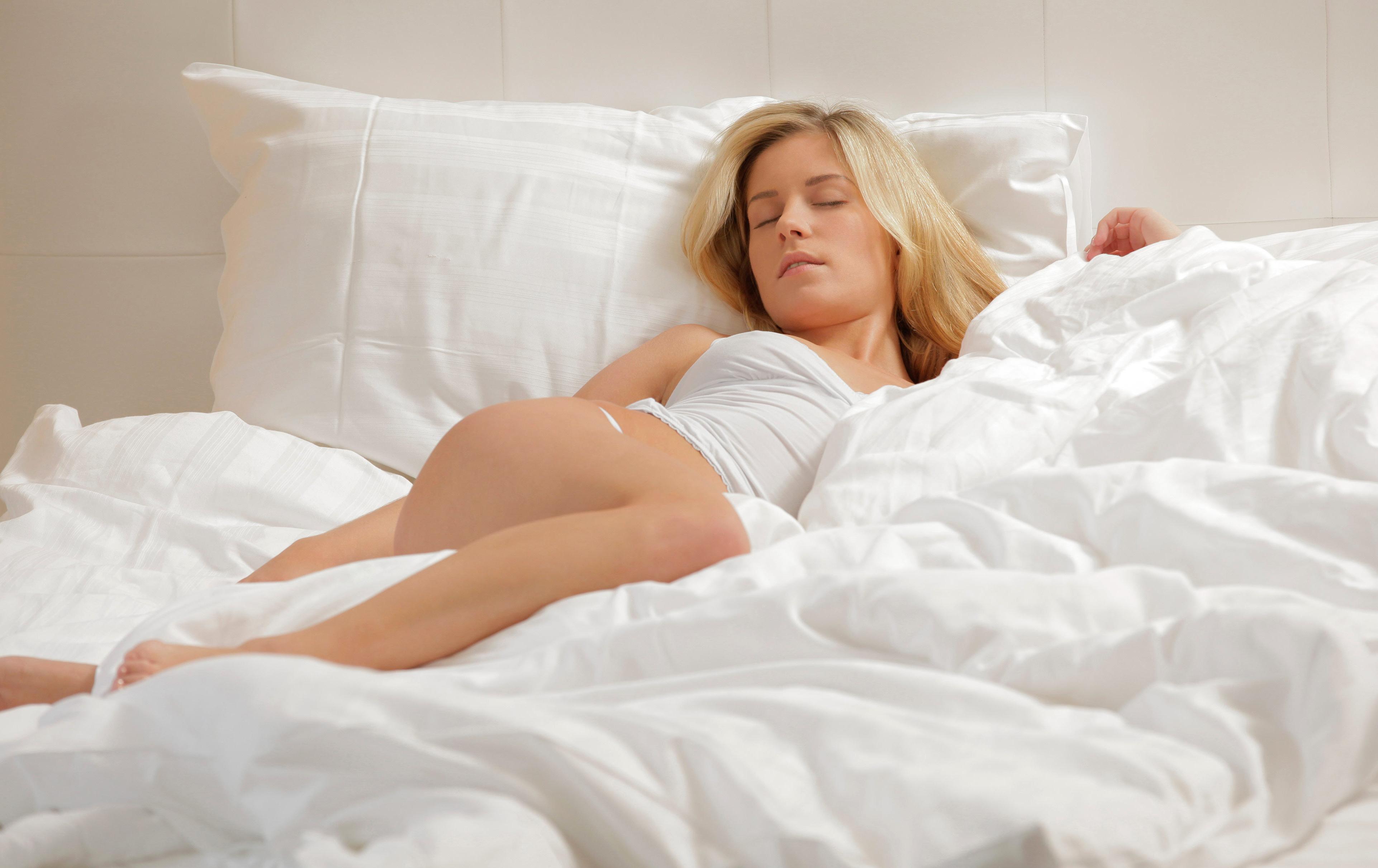 Ошалелая баба валяется на кроватке и шалит откровенно  41148
