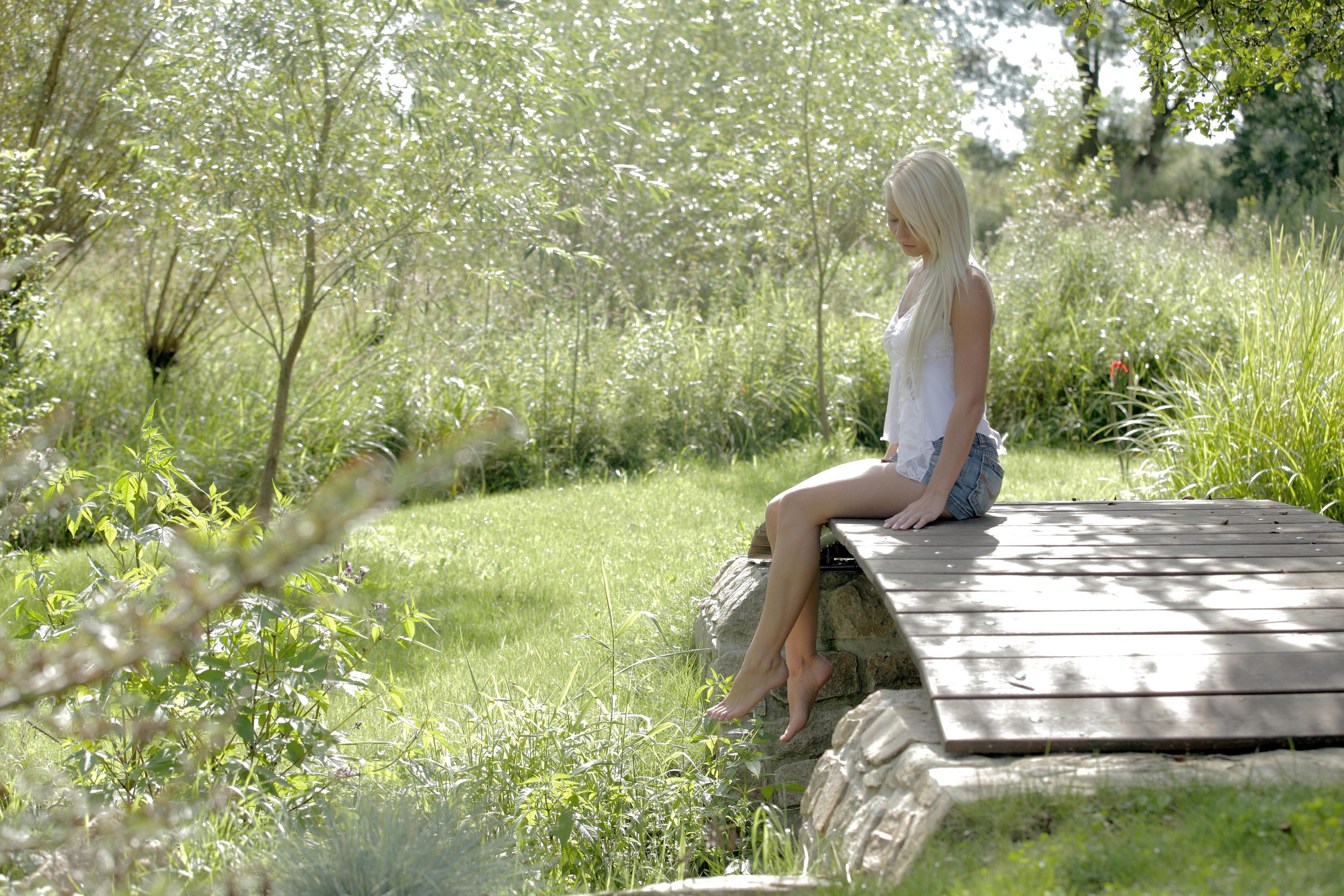 красотки девушки на природе в коротких юбках отдыхают фото началось утро, этого