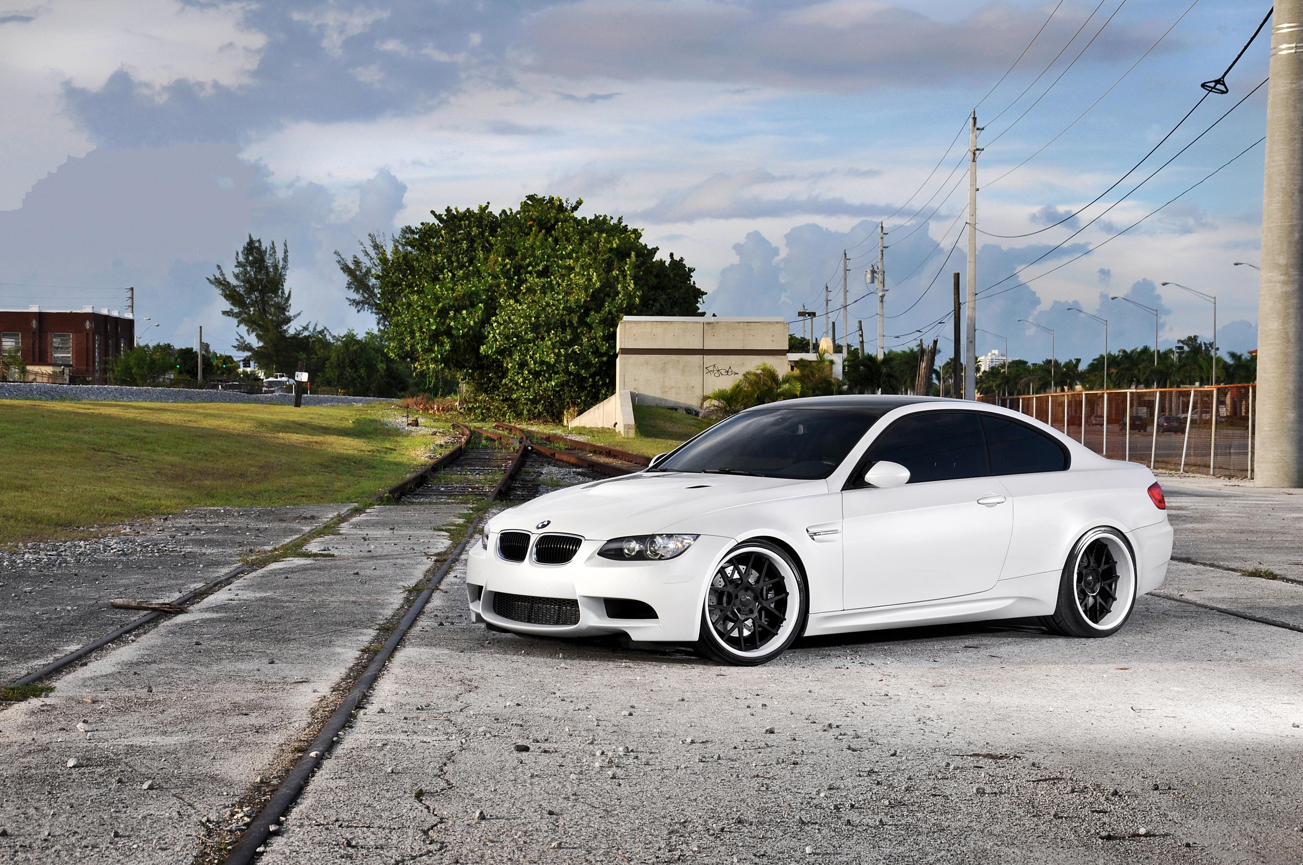 белый спортивный автомобиль bmw m3 e92  № 1015623 без смс