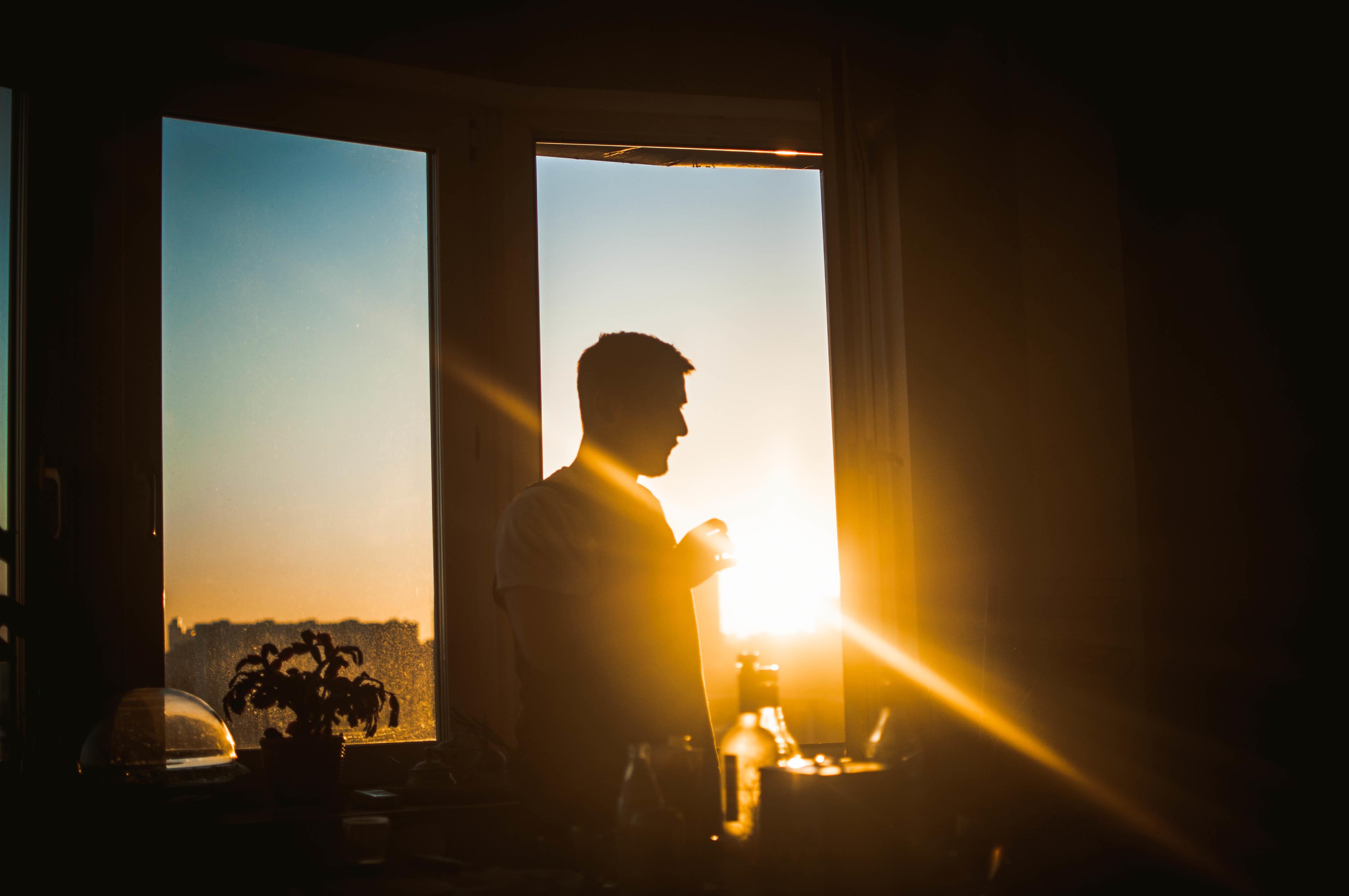 разу фото мужчина на стаканом ночь окнам москва рекомендую