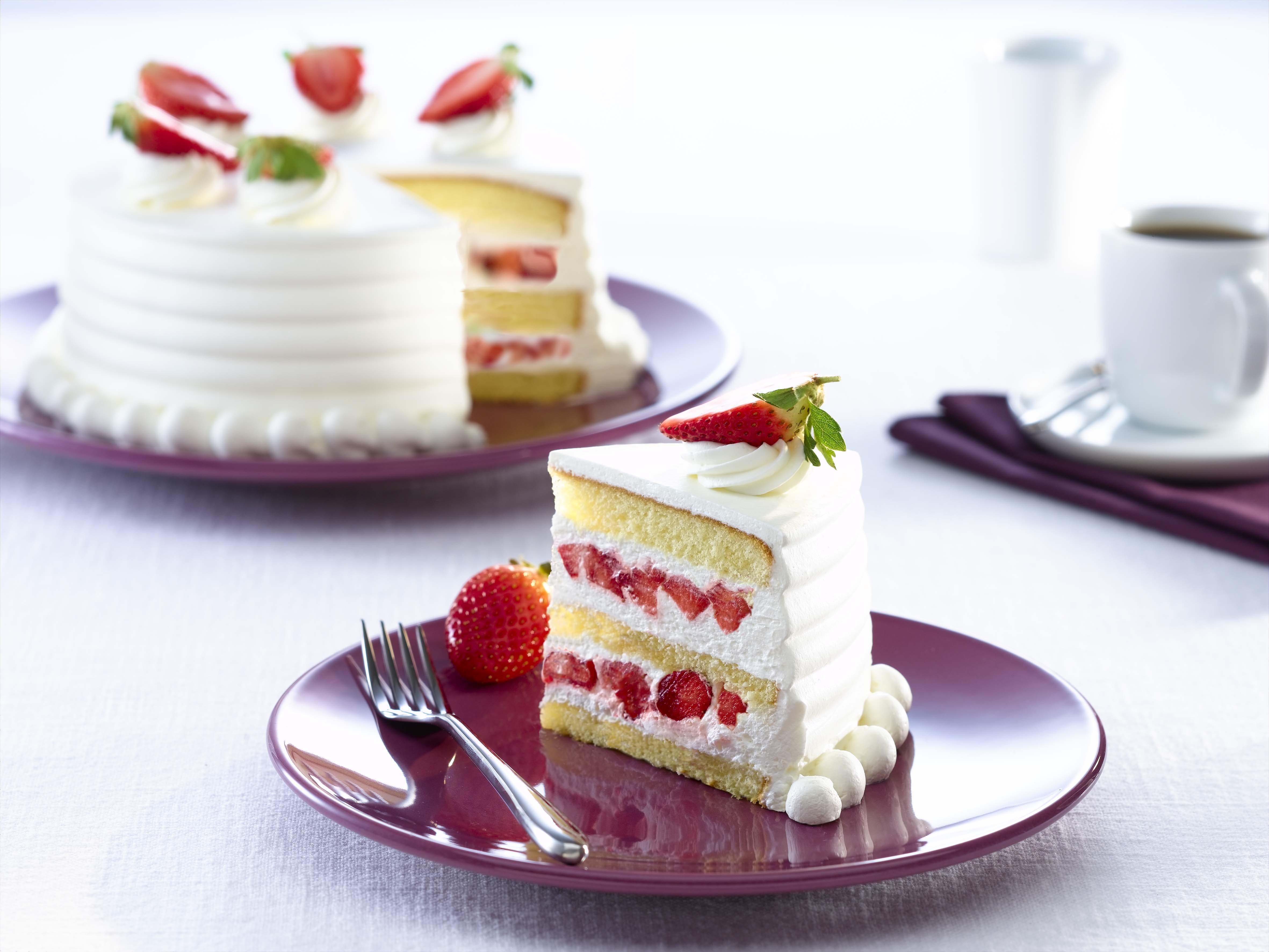 Белый торт с кусочками фруктов  № 2171482 загрузить