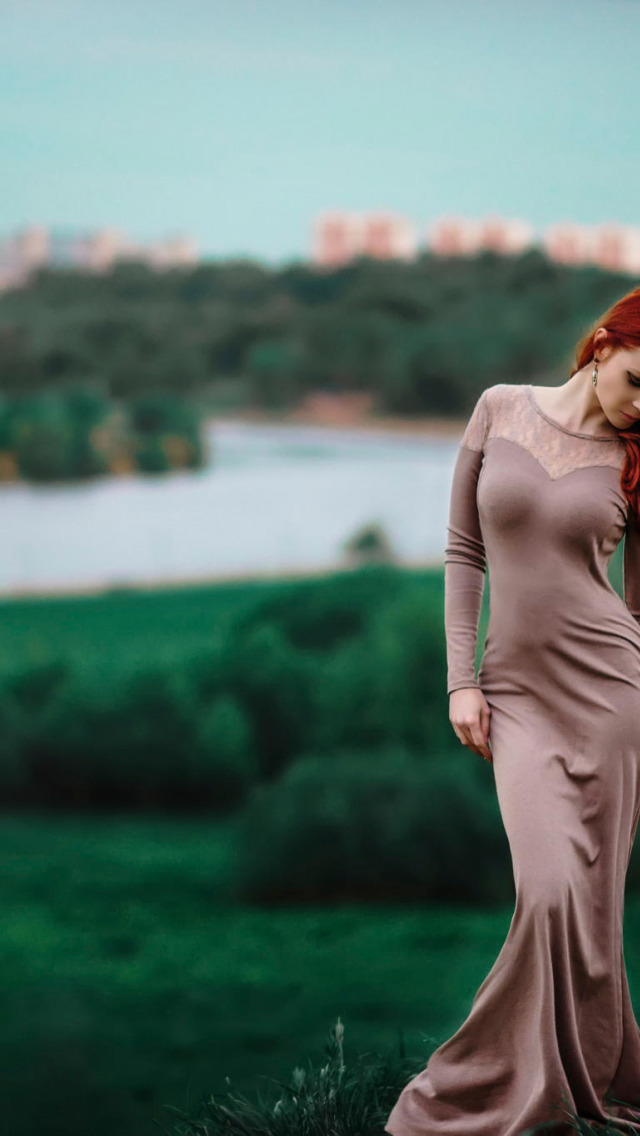 Рыжеволосая девушка в голубом платье начинает раздеваться 15