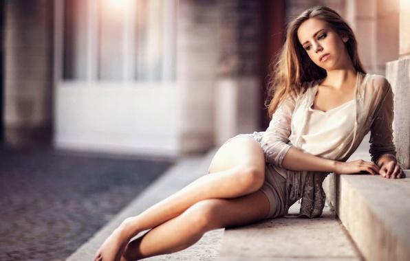 Картинка девушка, поза, романтика, волосы, лестница, ступеньки, ножки, сидит, длинные